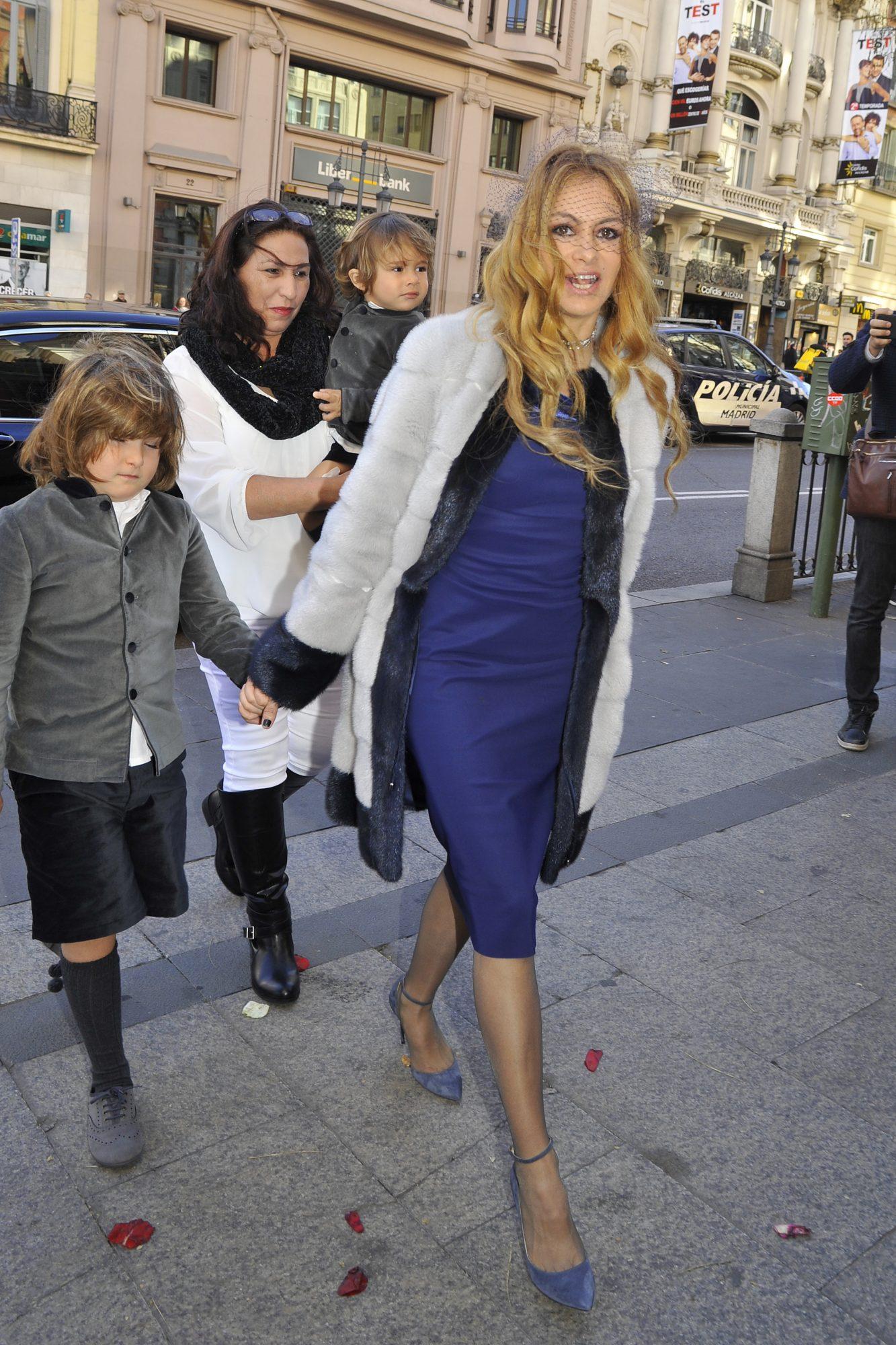 Paulina Rubio y sus hijosAndrea Nicolás Vallejo-Nájera (izq.) y Eros Bazúa Rubio (al fondo)