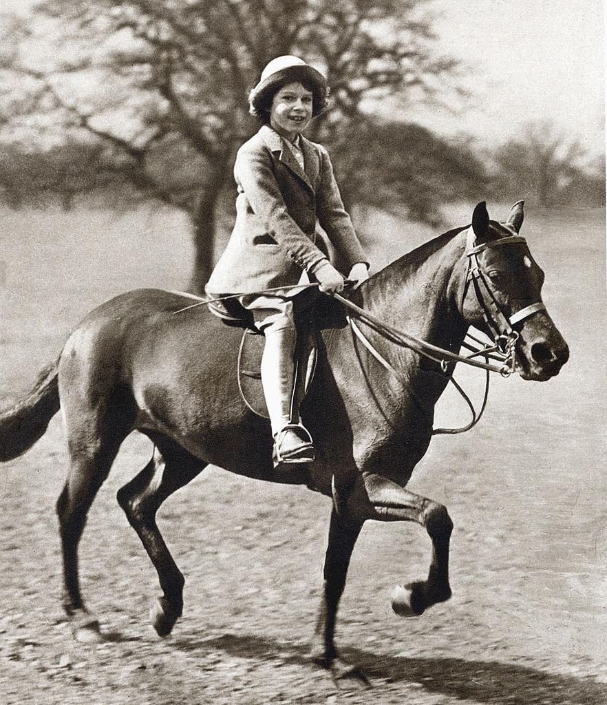 Reina Isabel de niña montando en poni