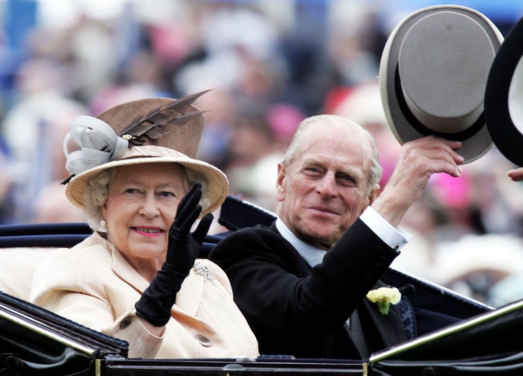 Reina Isabel príncipe Carlos saludan