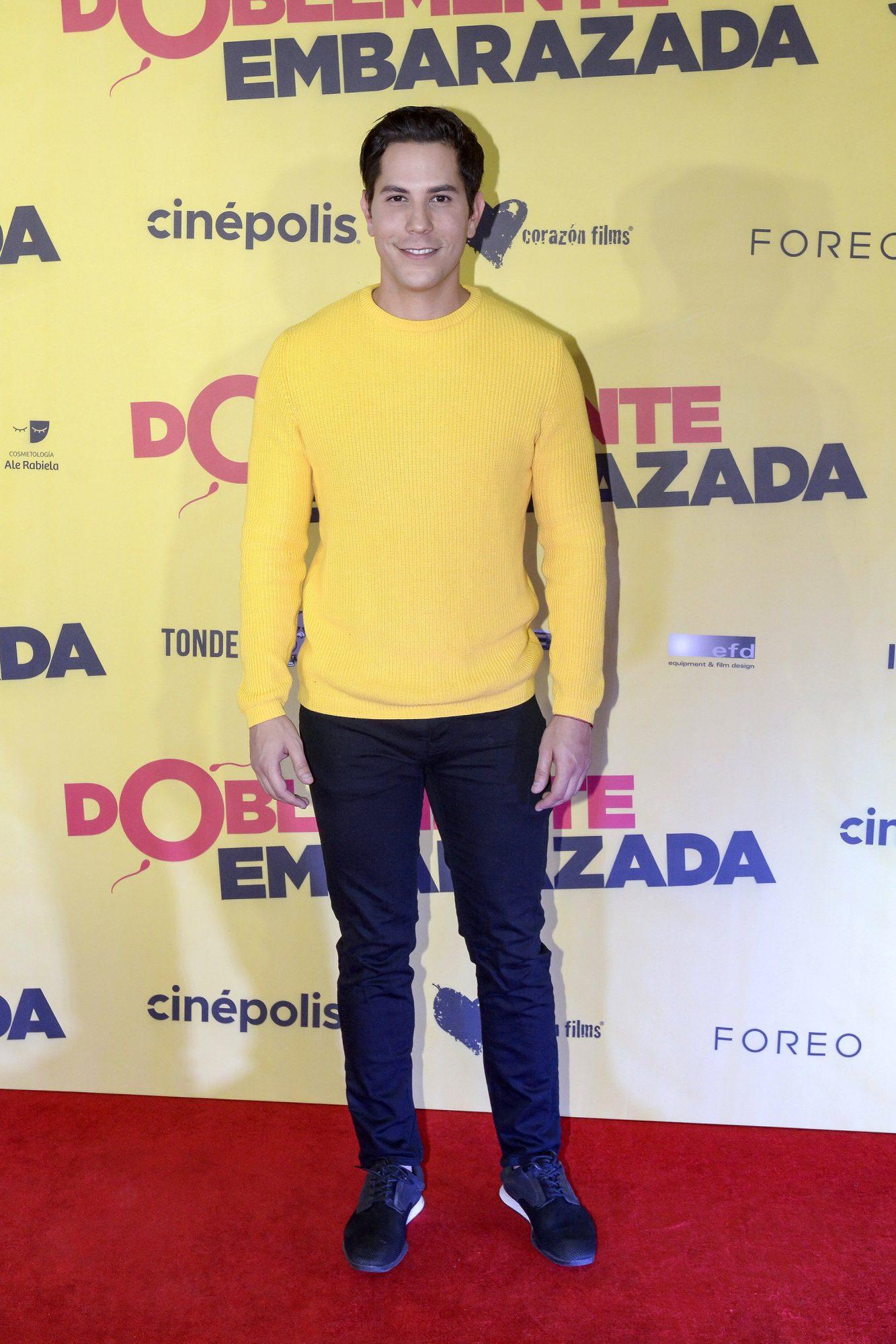 """Christian Chávez desfila por la alfombra roja de la premiere de la película """"Doblemente Embarazada"""", cinta que llega el próximo 19 de diciembre a la cartelera nacional/México, 16 de diciembre 2019."""