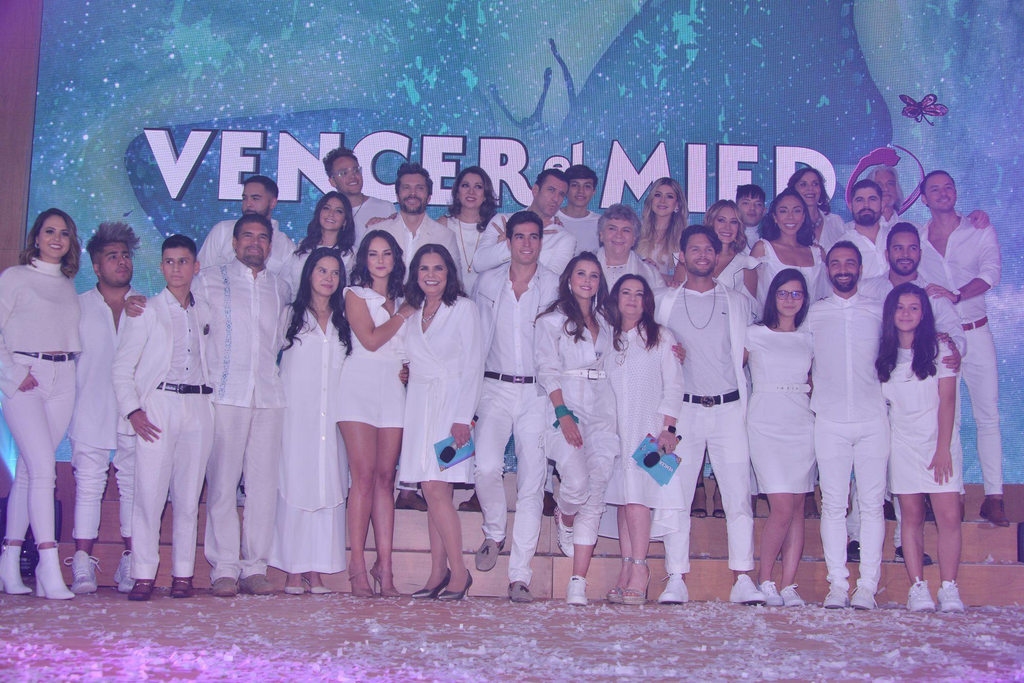 Elenco posan durante la presentacion oficial de la Telenovela 'Vencer el Medio'