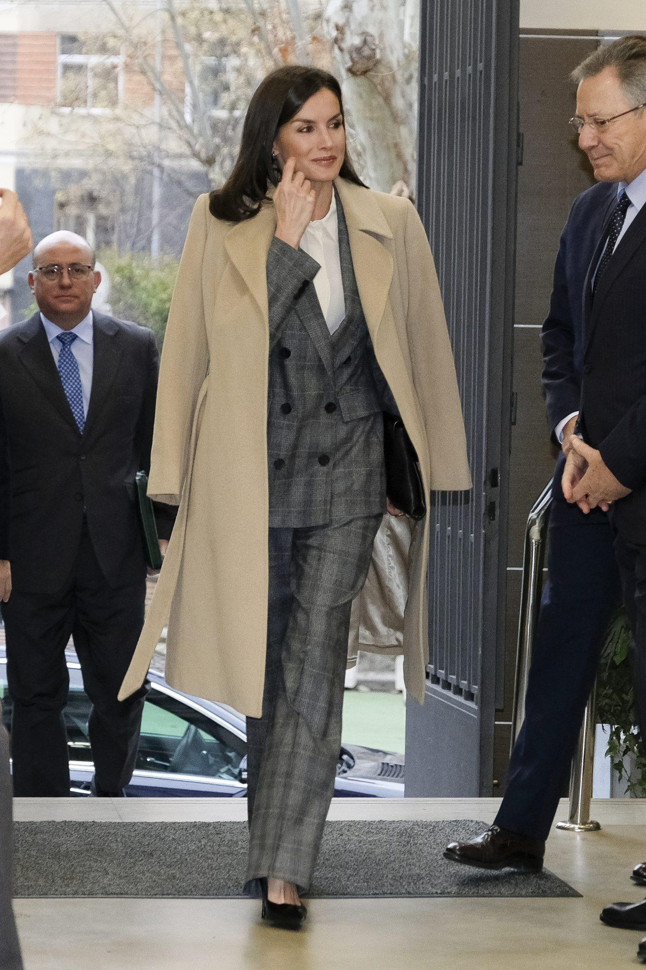 La reina Letizia con traje gris