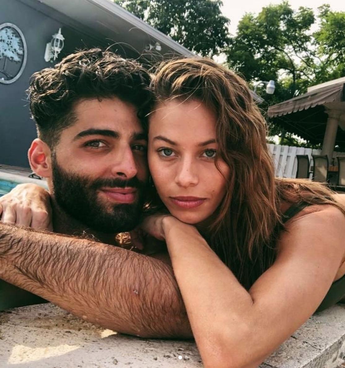 Janaina y Jason Canela en piscina
