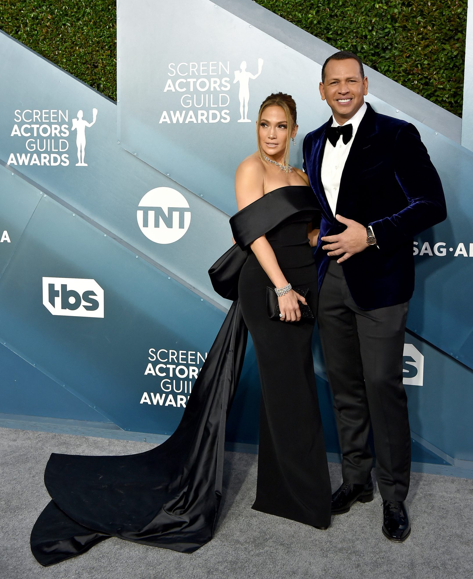 Jennifer Lopez and Alex Rodriguez ayudan