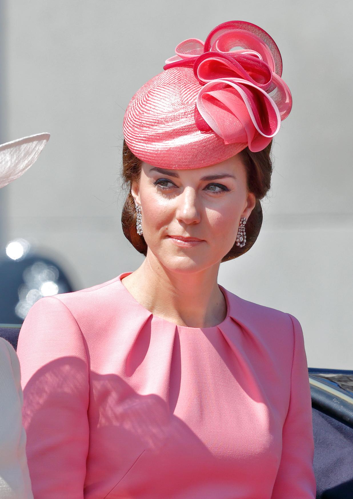 kate-middleton-sombrero-rosado.jpg