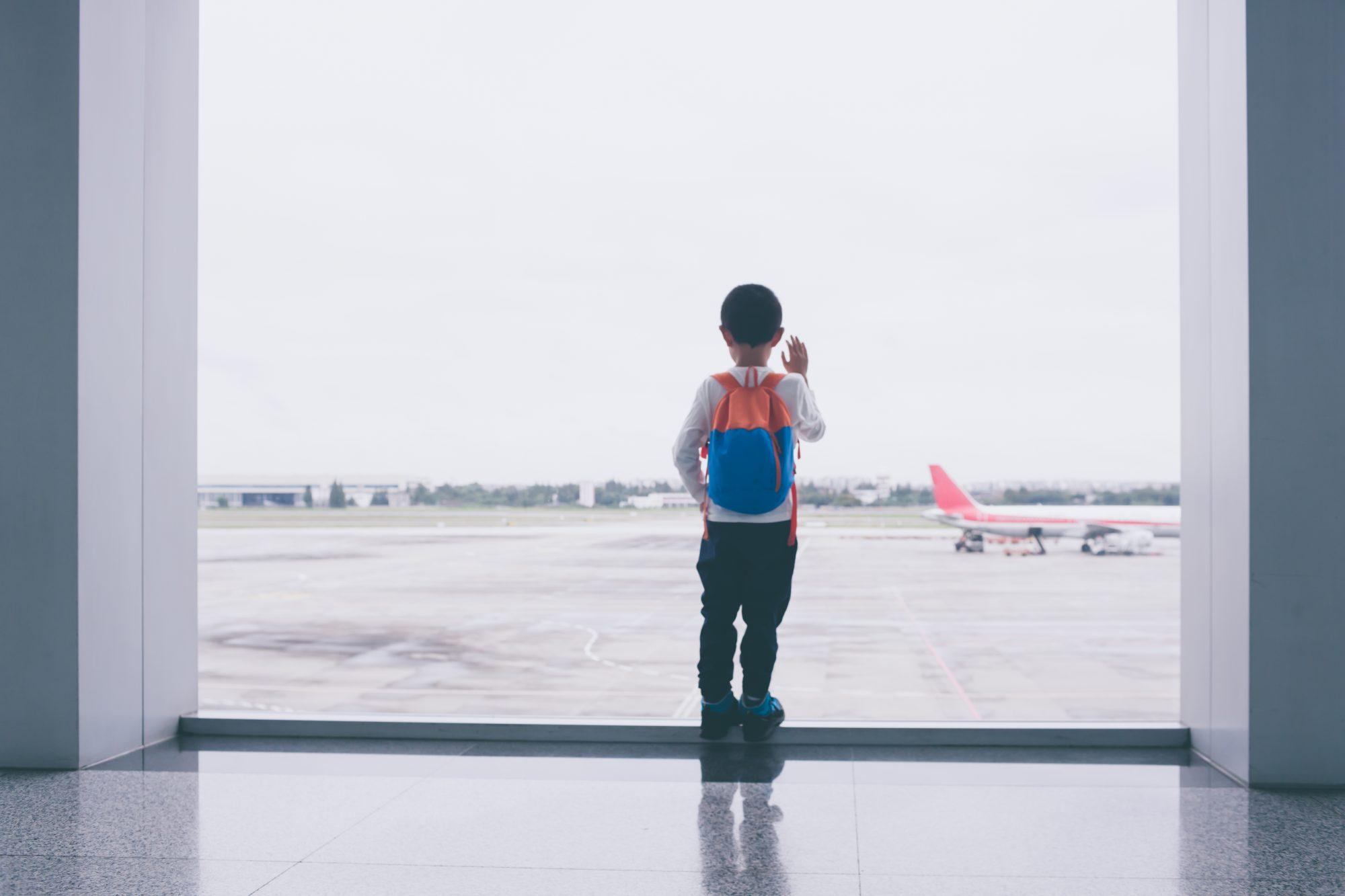Niño espera en aeropuerto