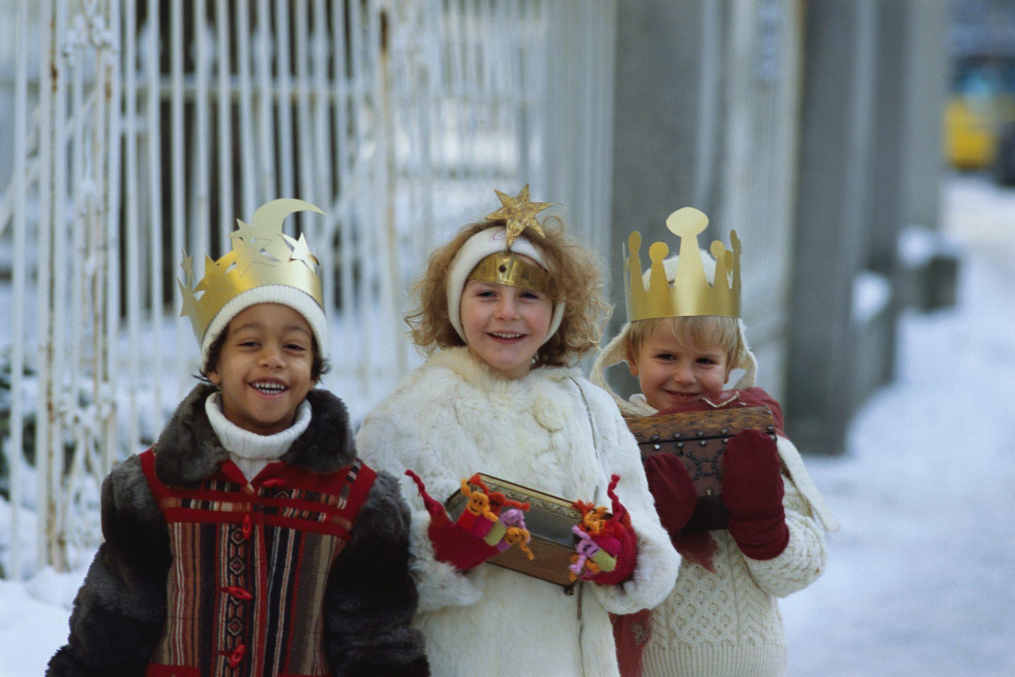Niños vestidos de Reyes Magos