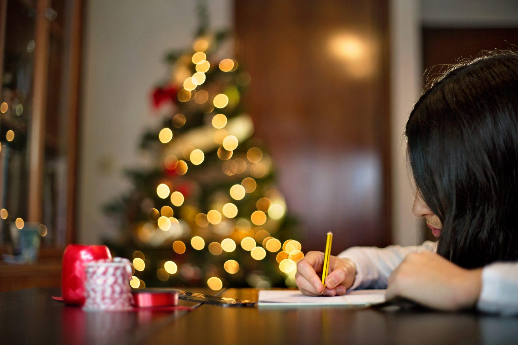 Niña escribiendo carta Reyes Magos