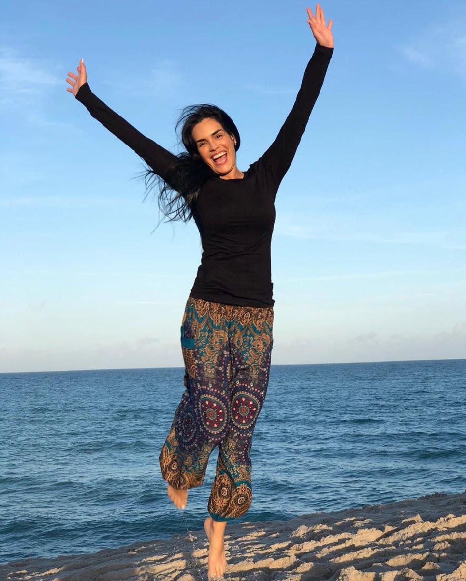 Scarlet Ortiz feliz en la playa
