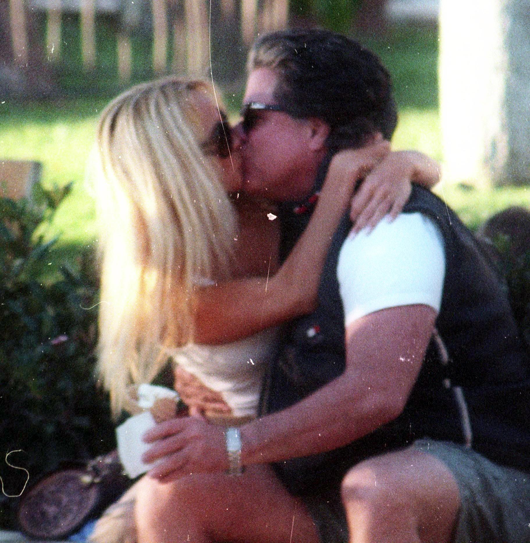 Jon Peters besa a Pamela Anderson