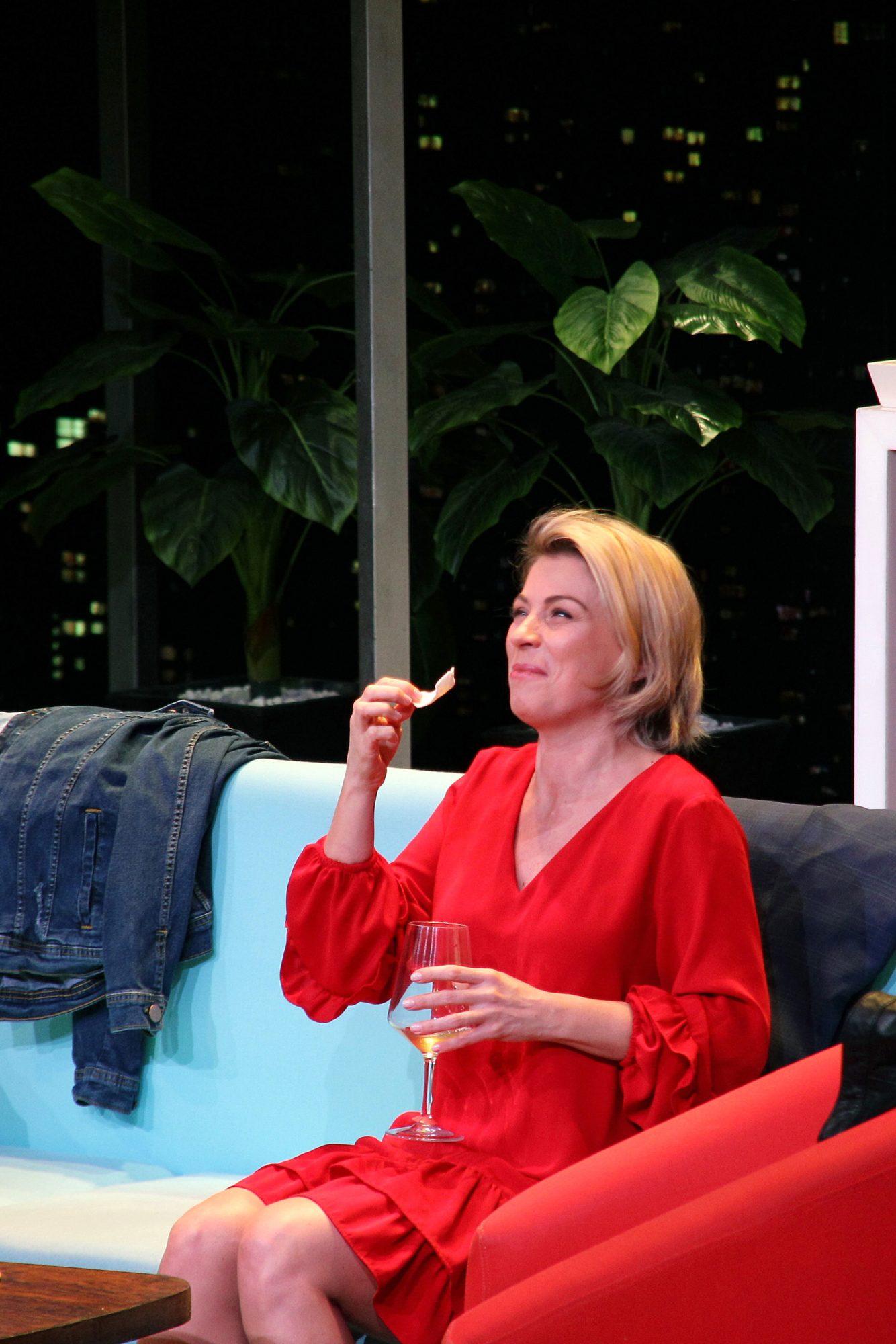 """Ludwika Paleta en una escena de la obra de teatro """"Perfectos Desconocidos"""""""