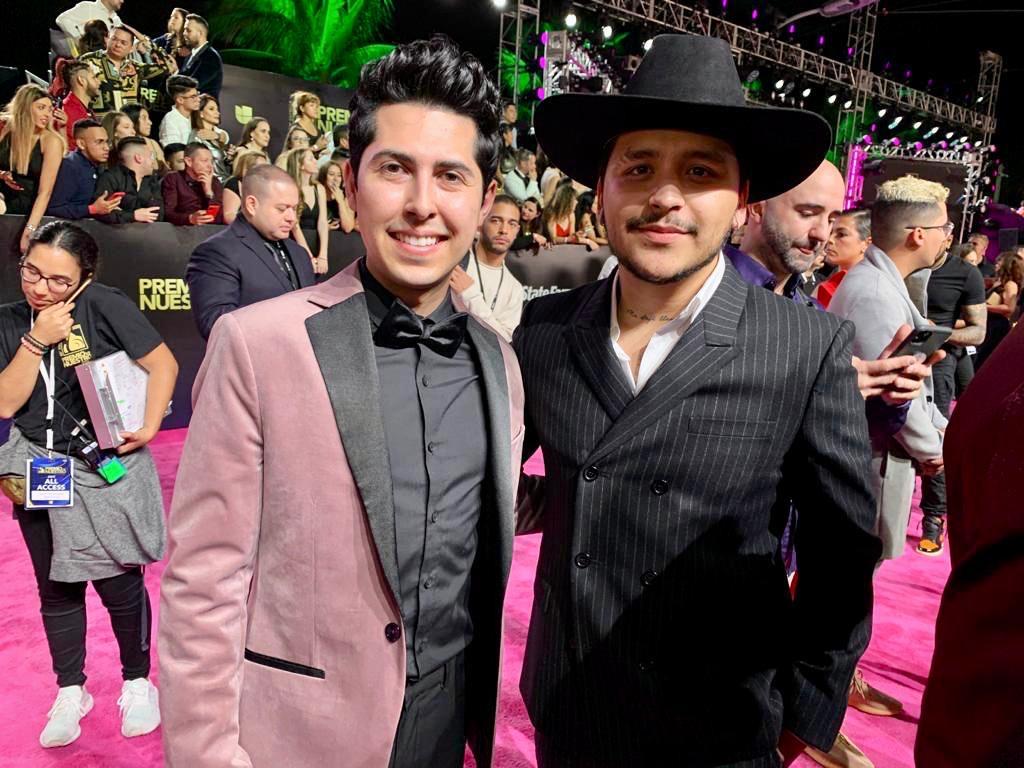 Santiago Alberto y Christian Nodal en la alfombra de Premio Lo Nuestro