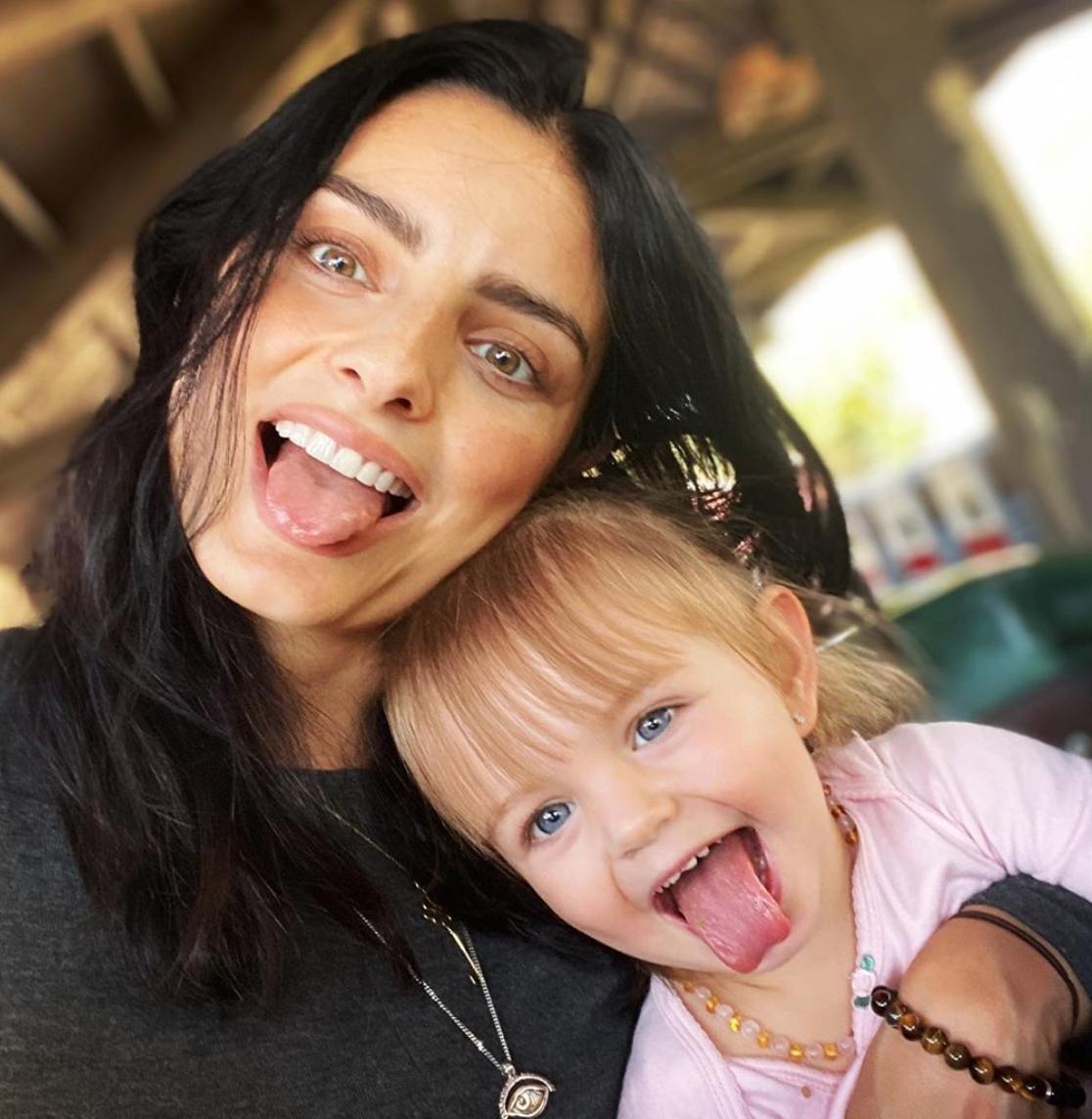 Aislinn Derbez con su hija