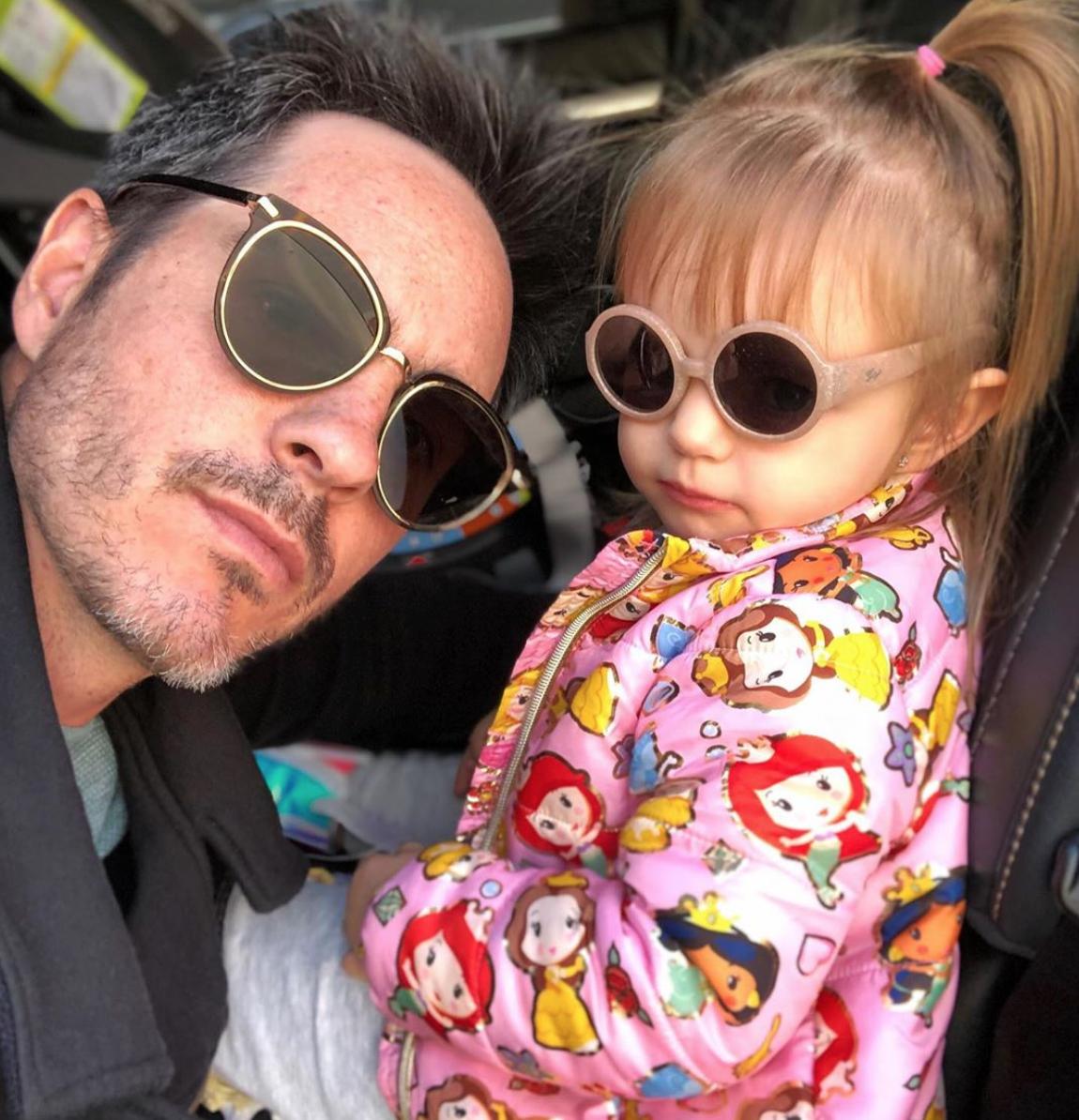 Mauricio Ochmann con su hija