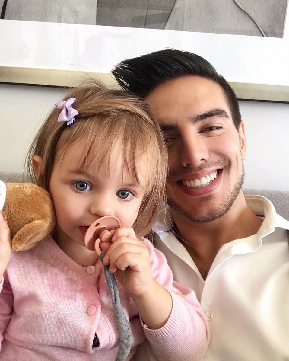Vadhir Derbez con su sobrina