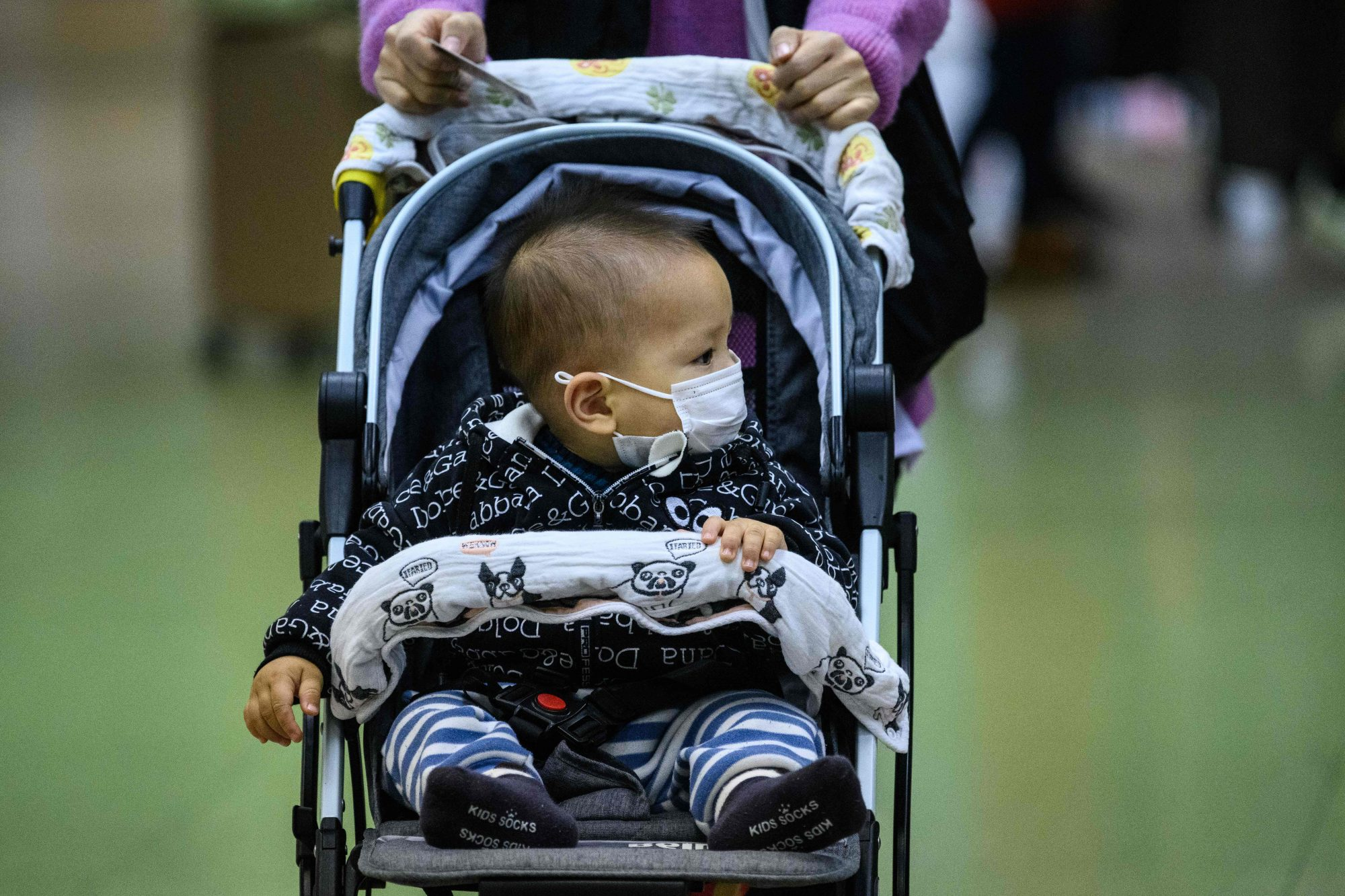 Bebé usa máscara de protección por el coronavirus en Hong Kong