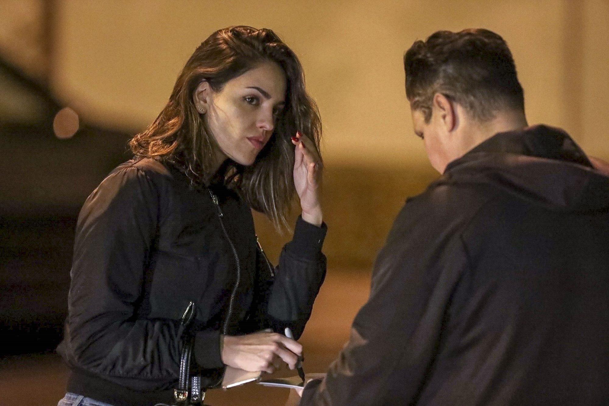 Eiza Gonzalez firmando autografos