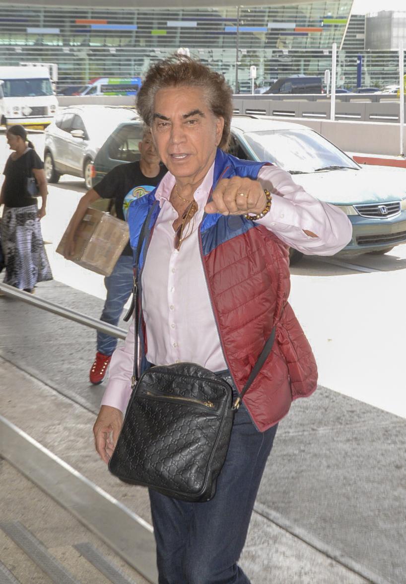"""Jose Luis Rodriguez, """"El Puma"""" en el aeropuerto de Puerto Rico tras haber hecho promociones de l concierto que ofrecera en Marzo en puerto rico"""