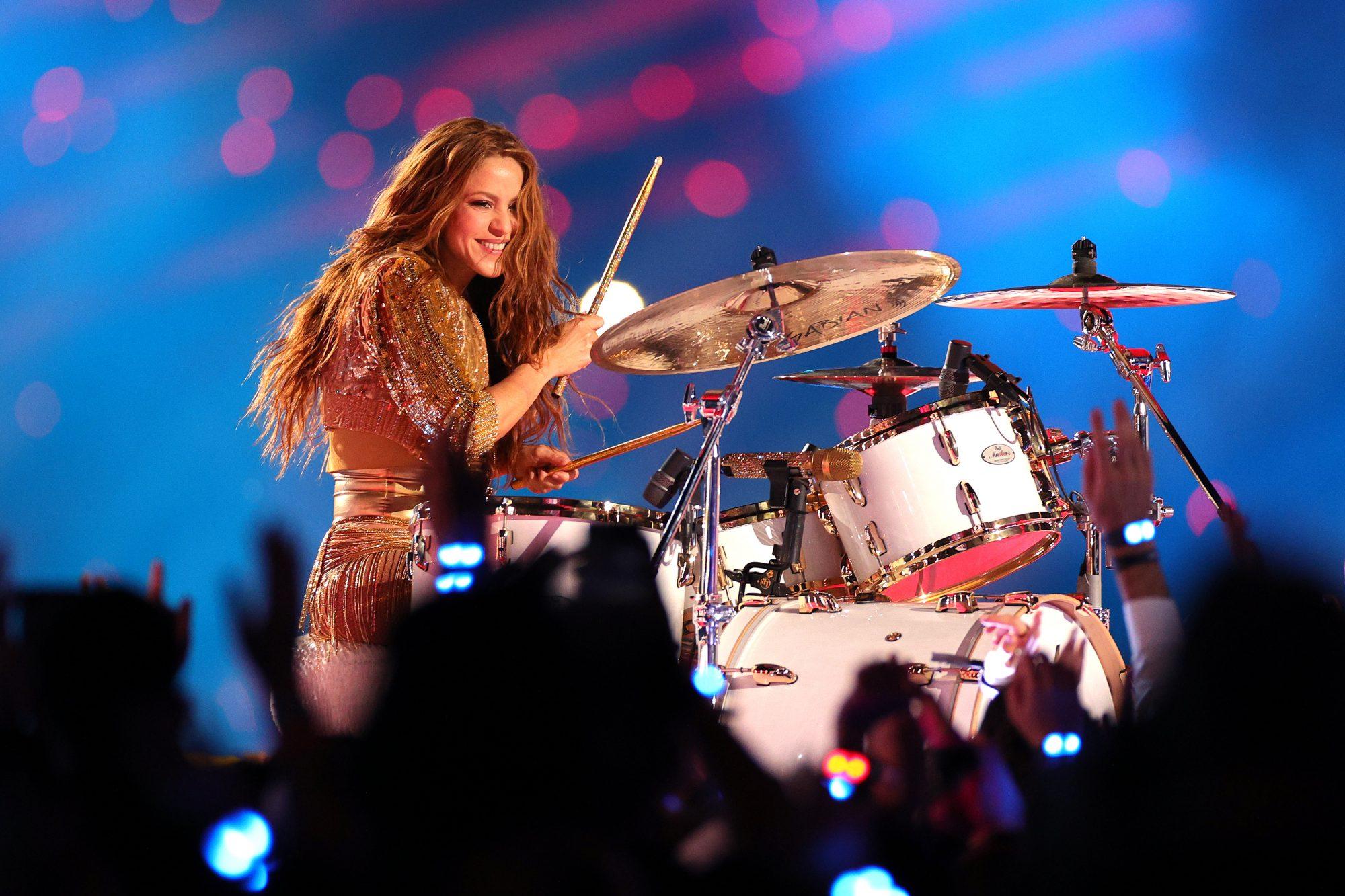 Shakira toca batería