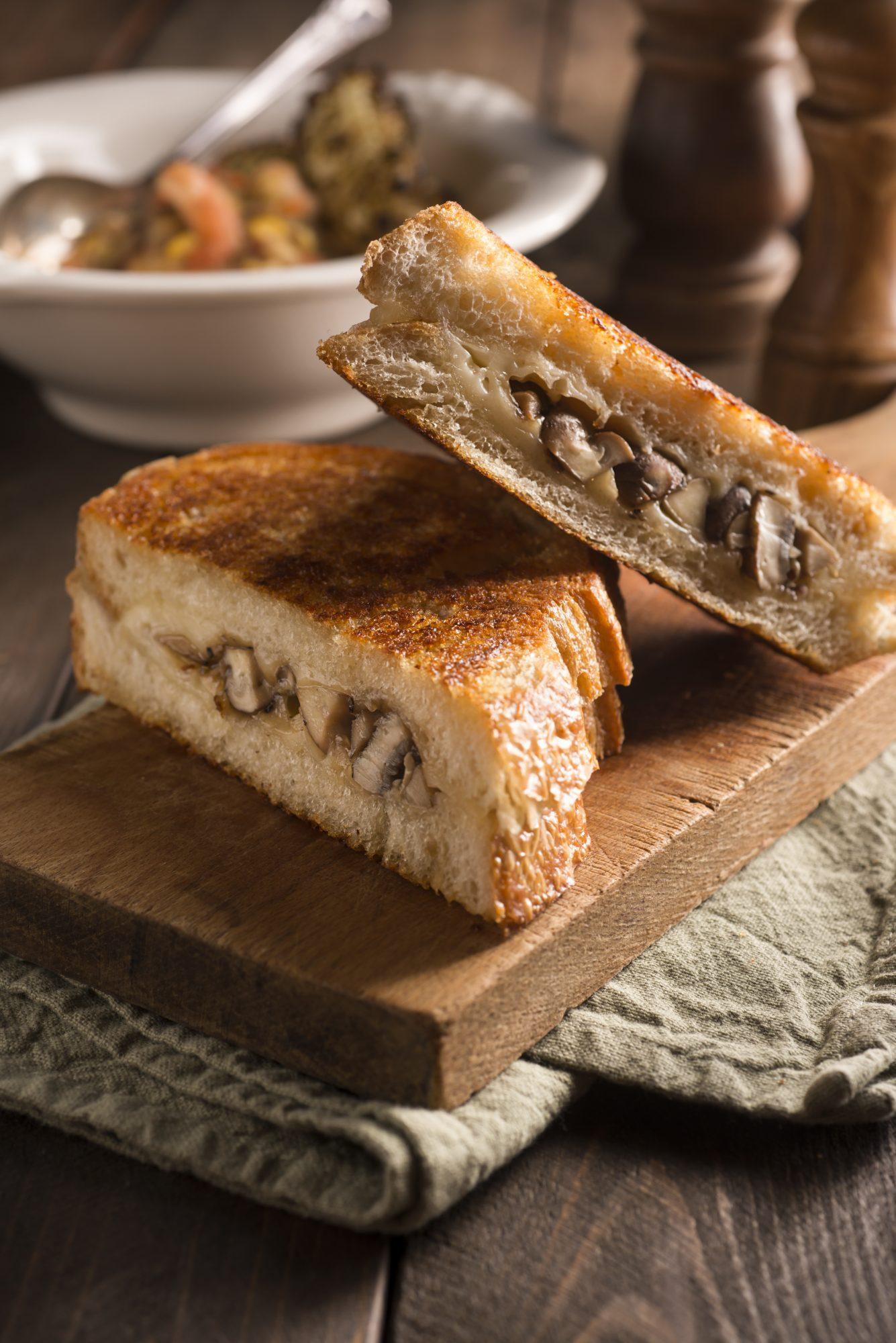 Sánduche de queso con champiñones