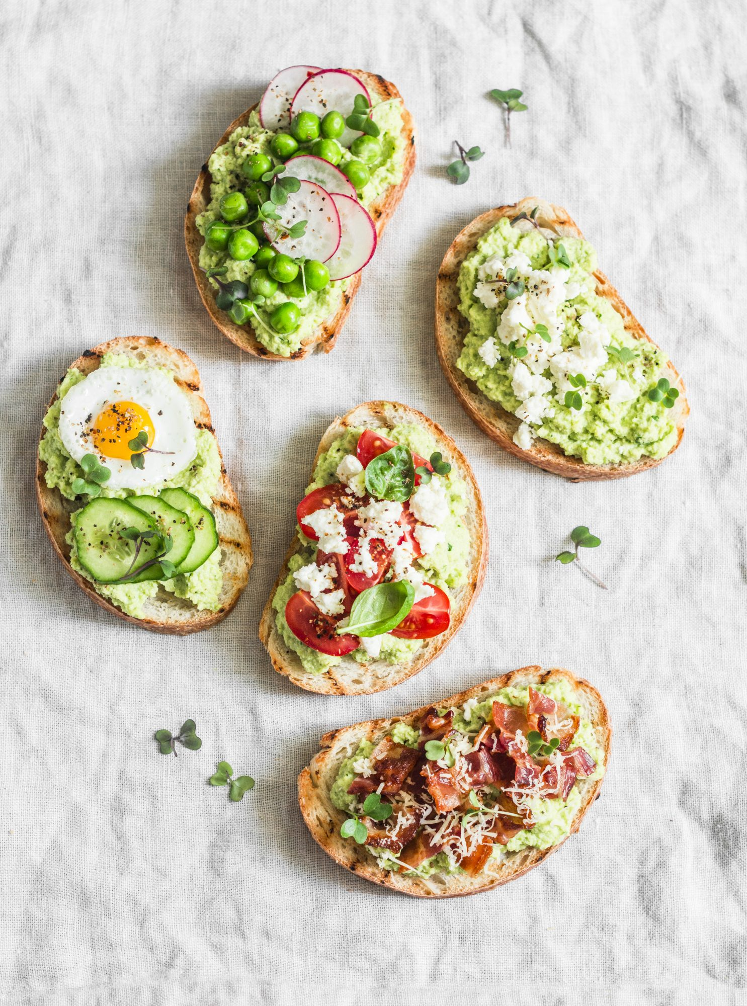 Tostadas con aguacate, tomate y tocino