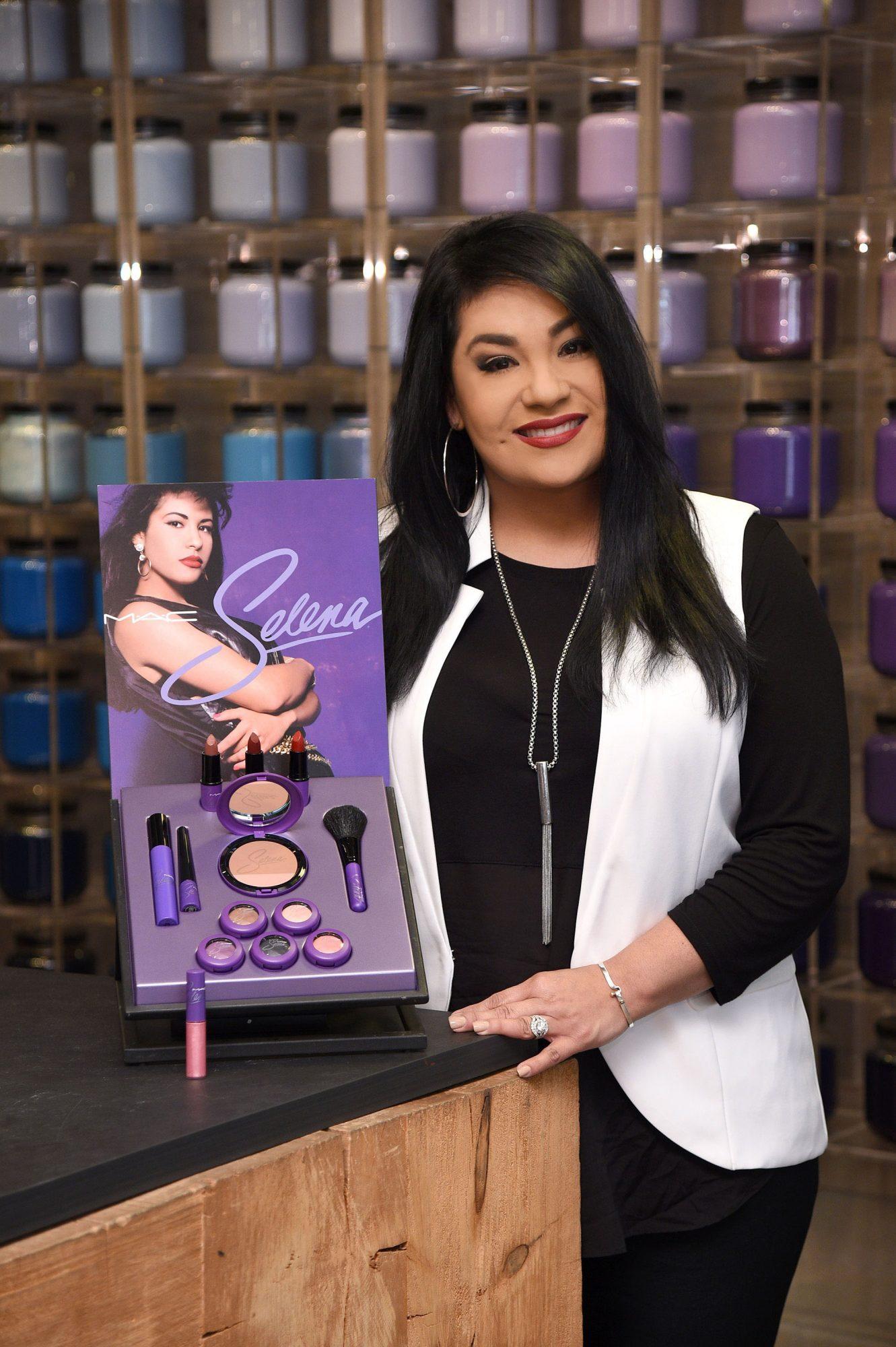 Suzette Quintanilla Arriaga con los productos MAC Selena