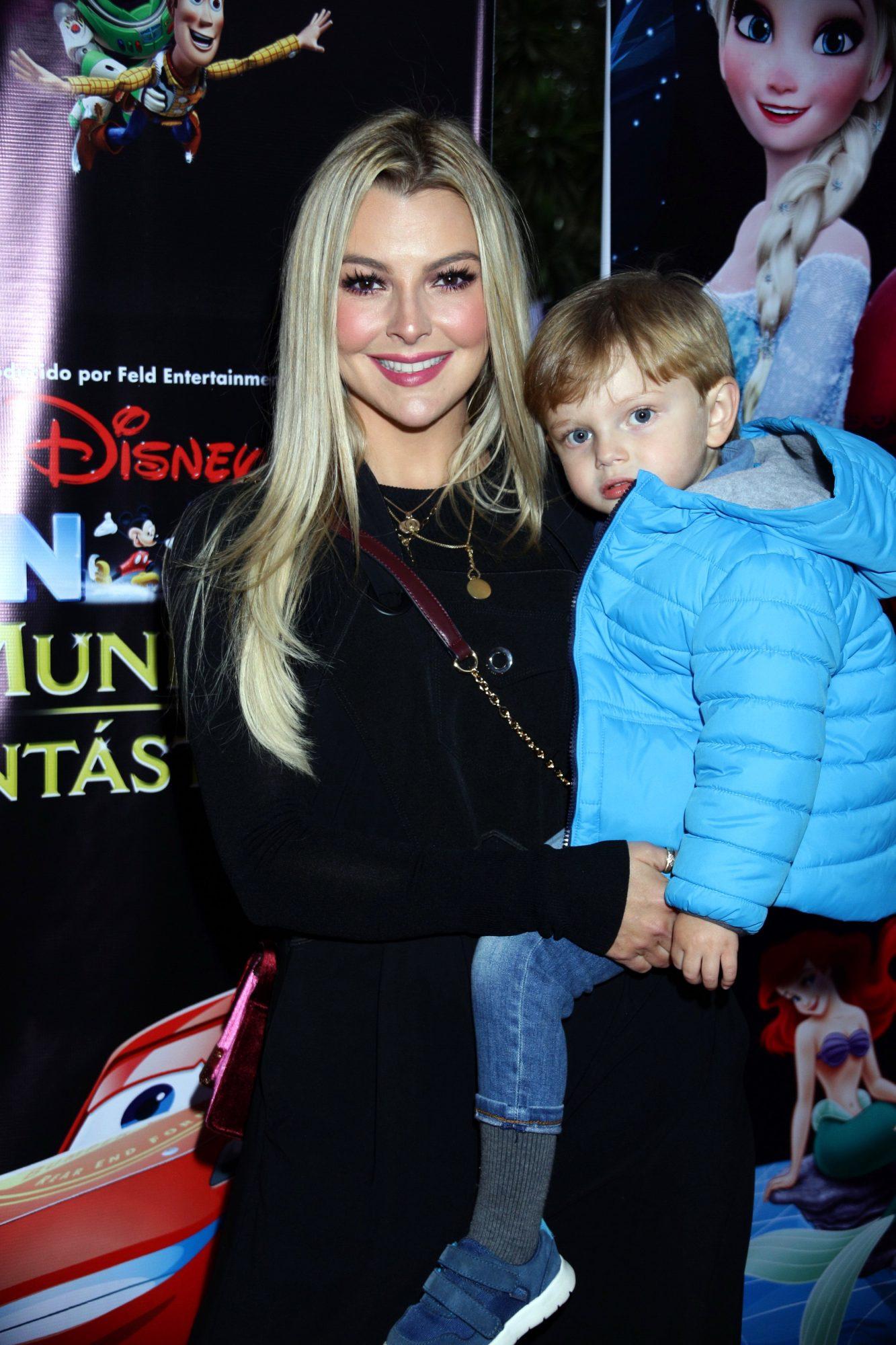 """Marjorie de Sousa desfila con su hijo Matías por la alfombra roja del estreno de """"Disney On Ice: Mundos Fantásticos"""","""