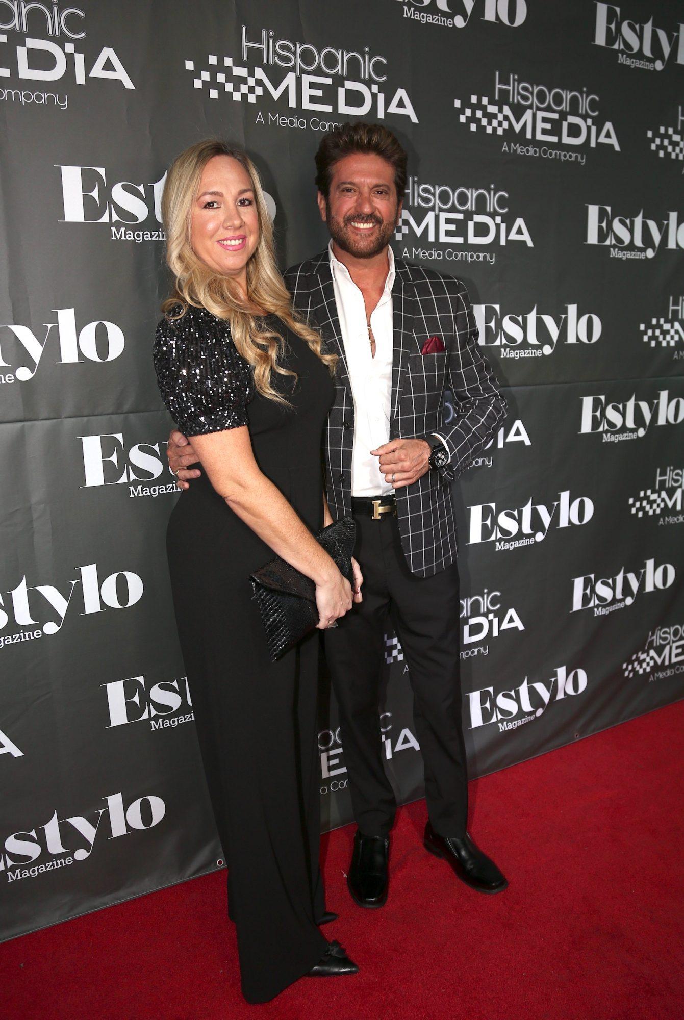Bobby Larios y esposa en la alfombra de la revista Estylo Magazine