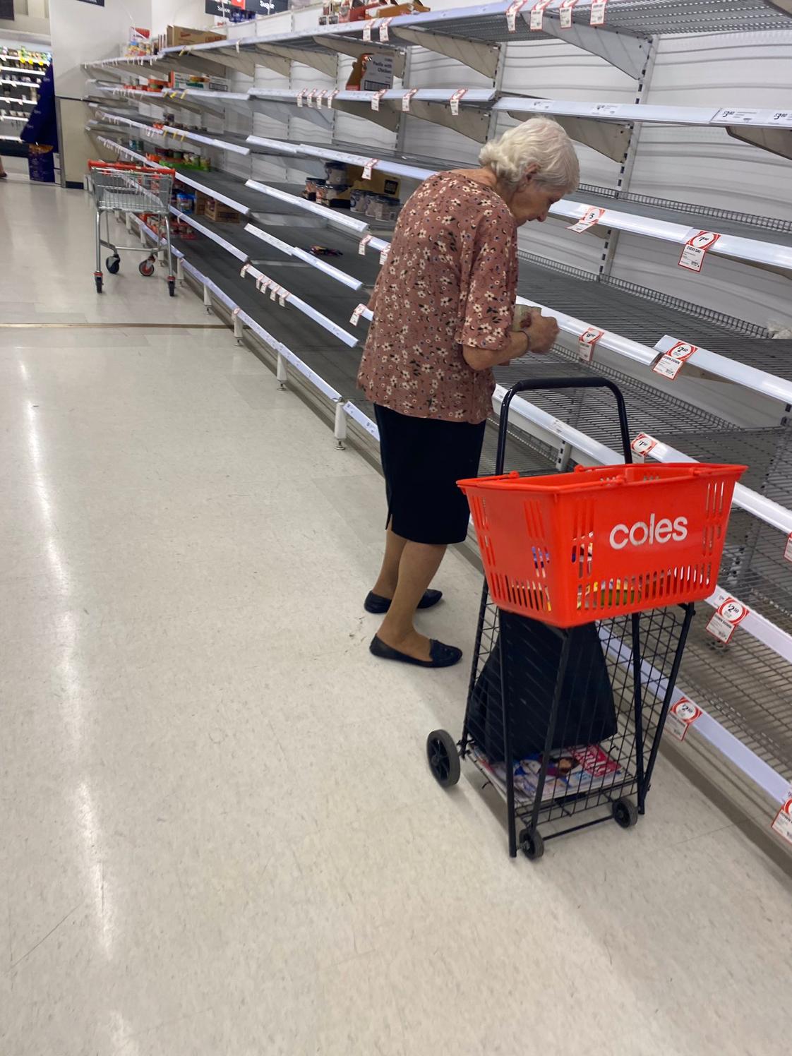 Abuelita llorando frente super desavastecido