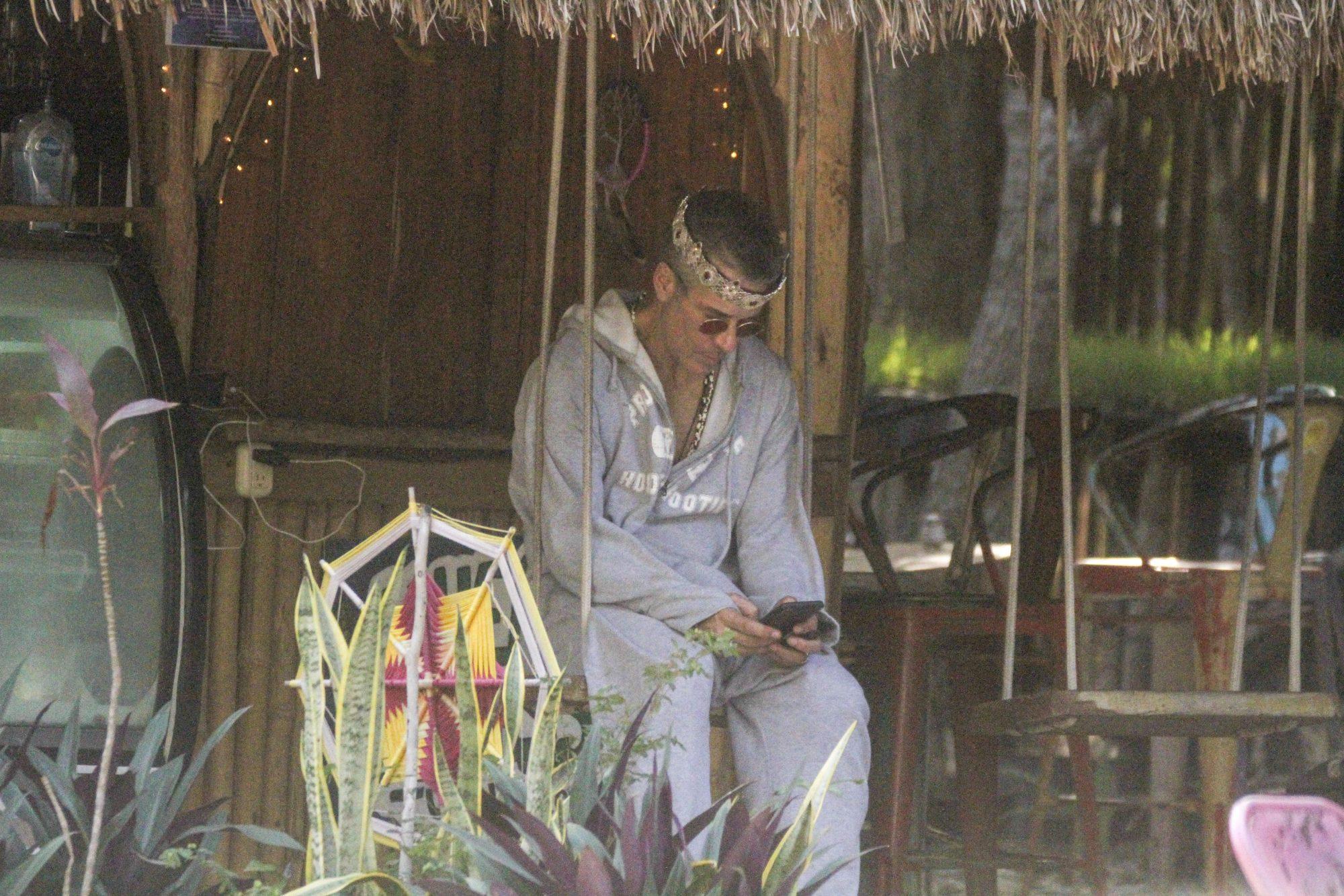 Fernando Carrillo, luciendo una corona en su cabeza en tulum mexico