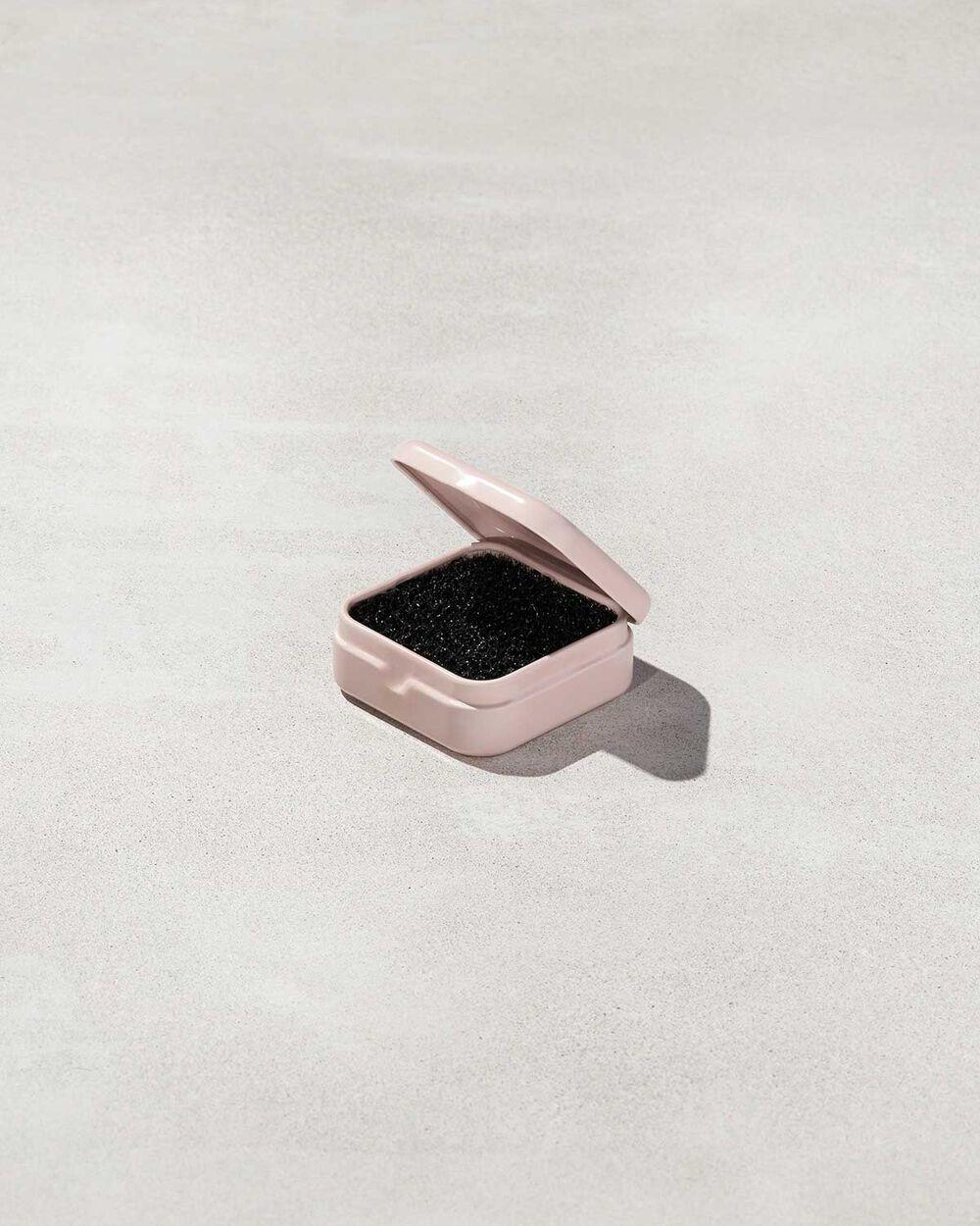 Rápido, fácil y portátil: Esta esponja quita fácilmente la suciedad sin necesidad de agua ni jabón. Dry Brush Cleaning Sponge, de Fenty Beauty. $18.00. fentybeauty.com