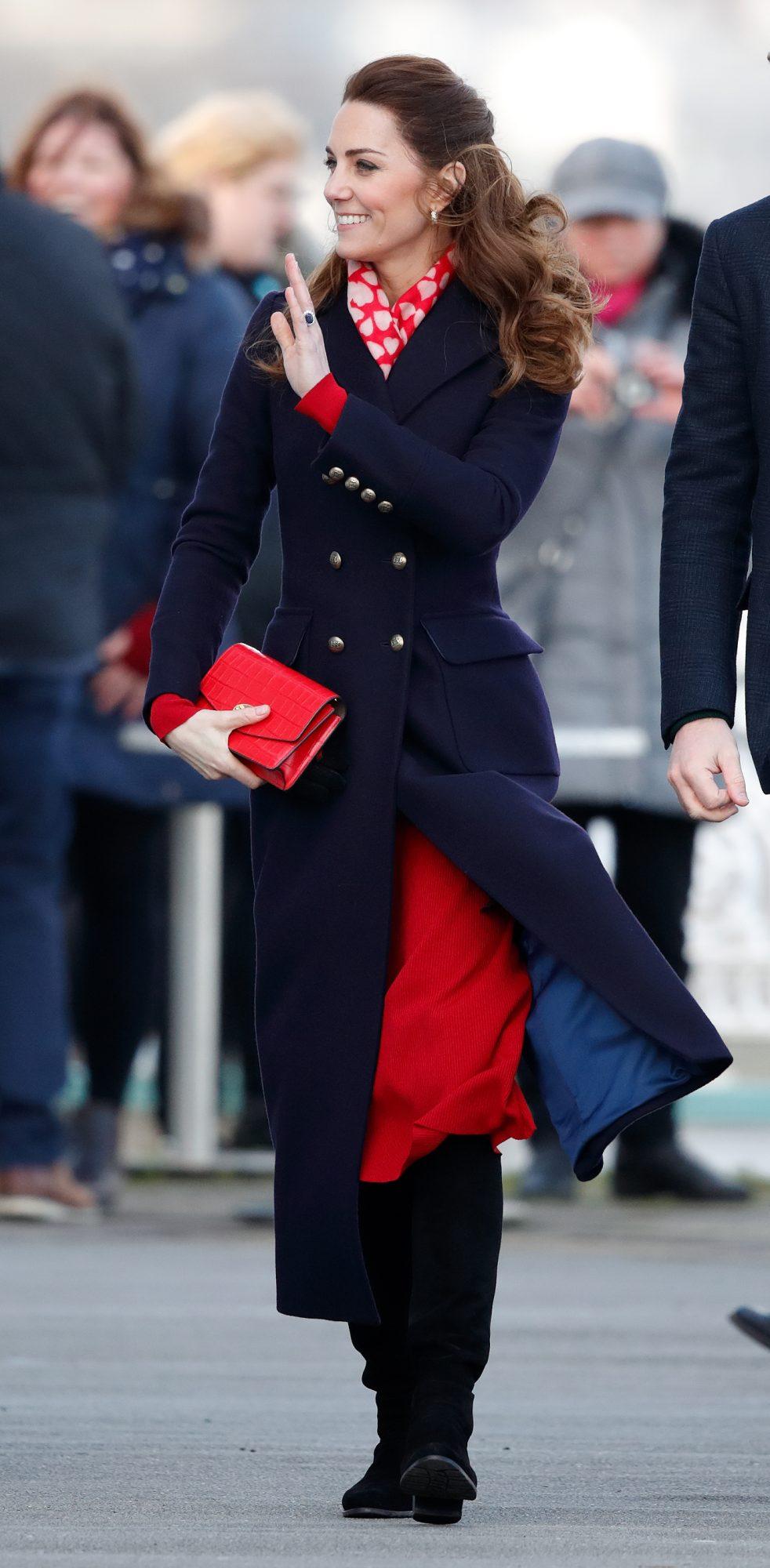 Este abrigo azul marino con aire militar fue el complementó perfecto para su vestido rojo.
