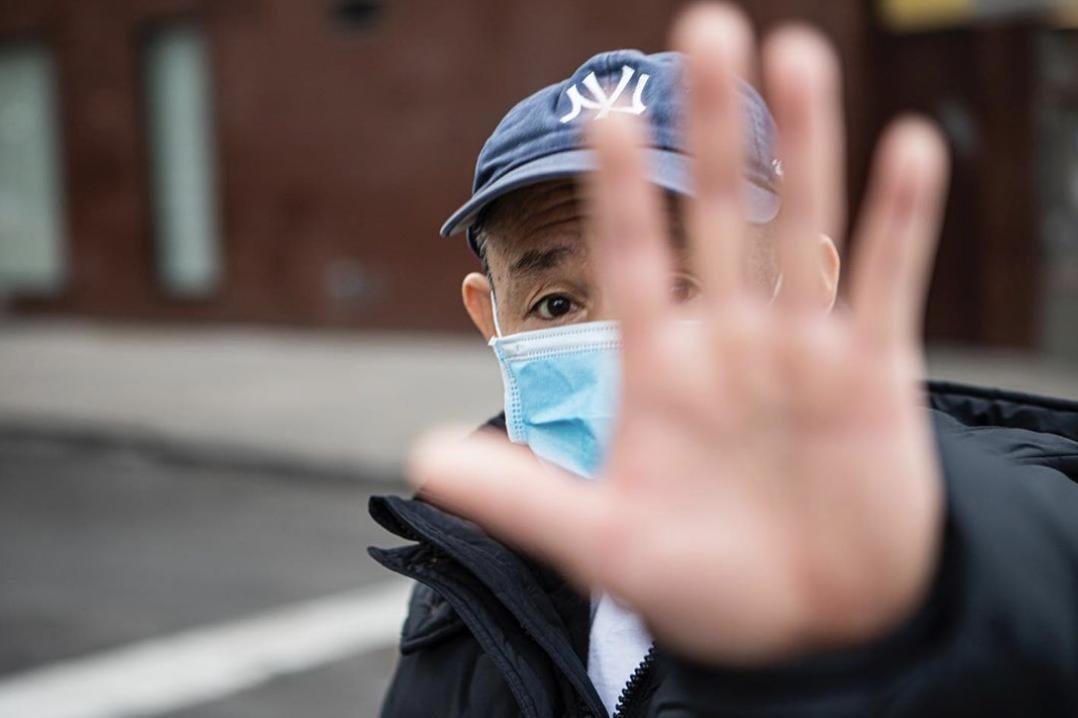 Hombre con máscara por el coronavirus