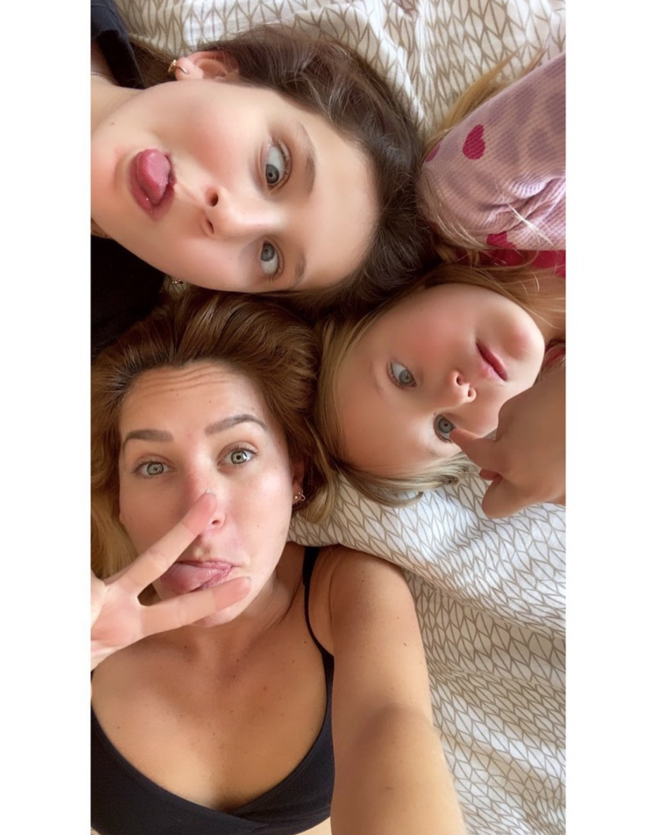 Geraldine Bazan e hijas en pijama coronavirus