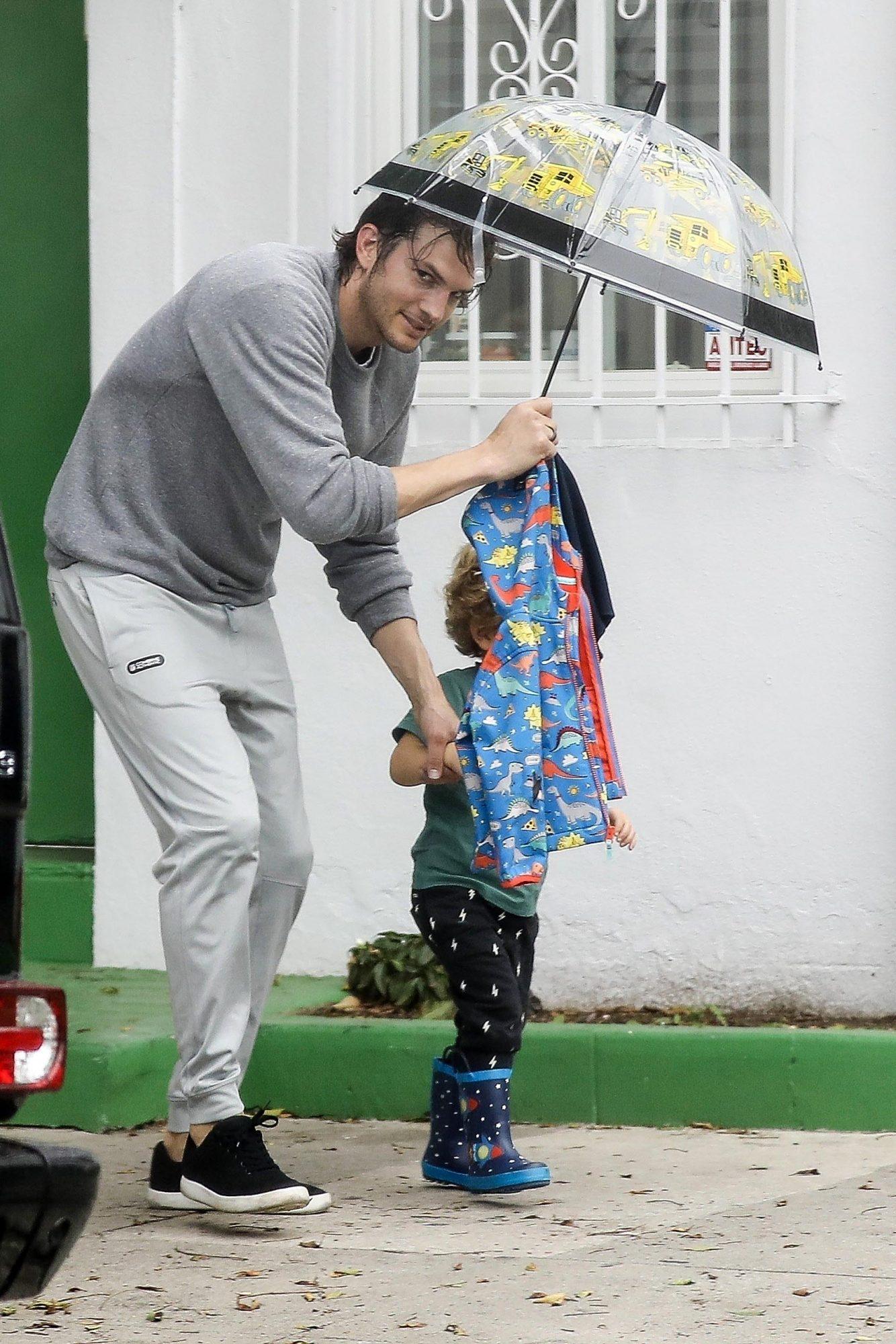 Ashton Kutcher con su hijo