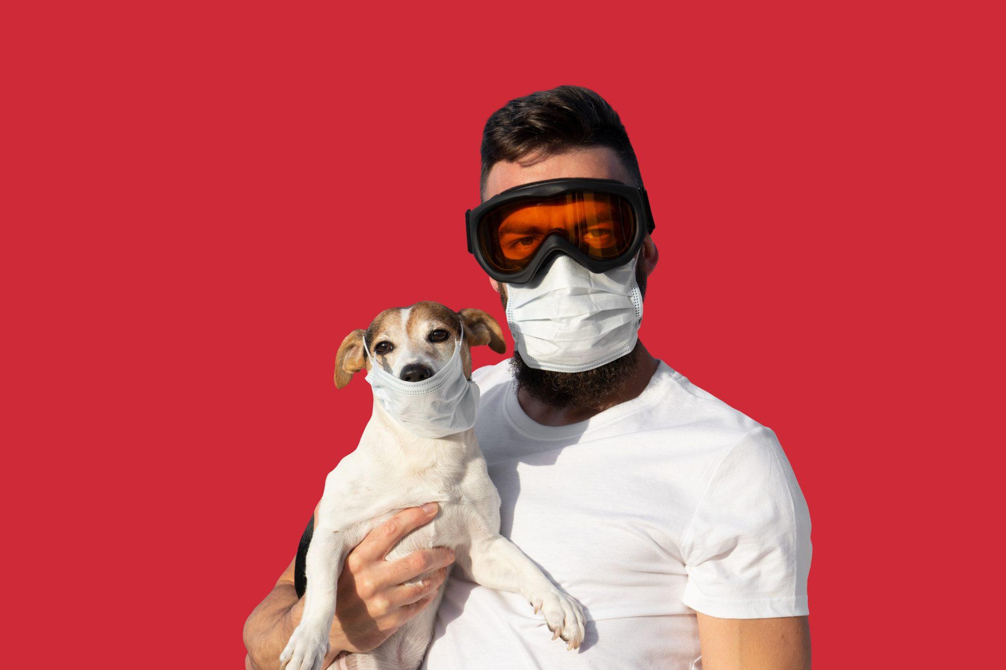 Hombre perro máscara coronavirus