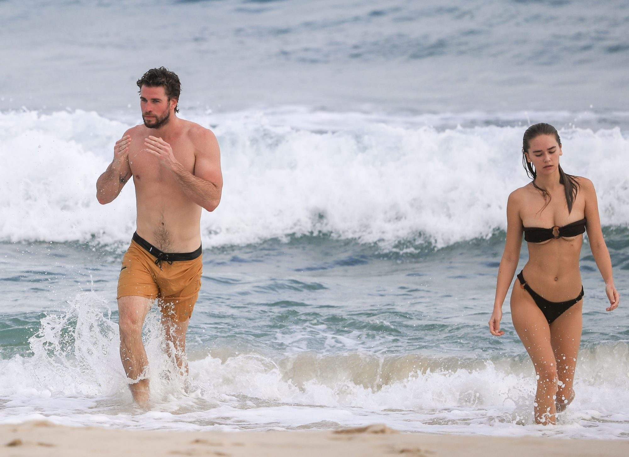 Liam Hemsworth playa con novia