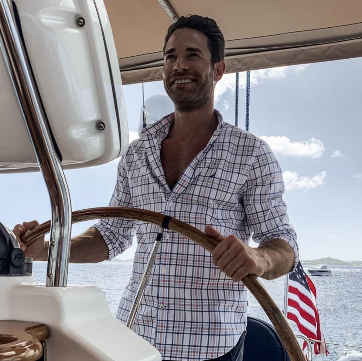 Sebastián Rulli en un bote