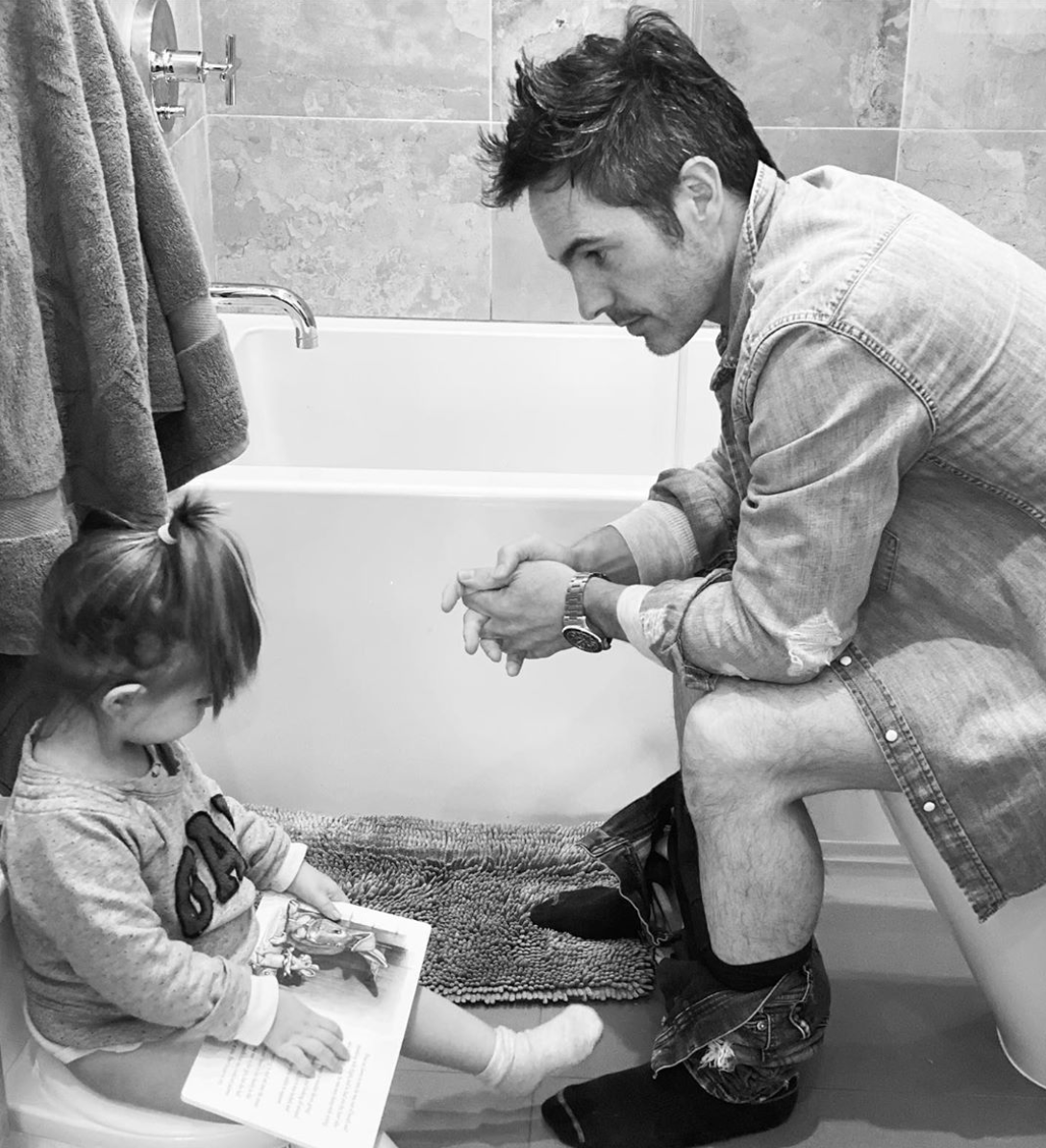 mauricio ochmann con hija en el baño
