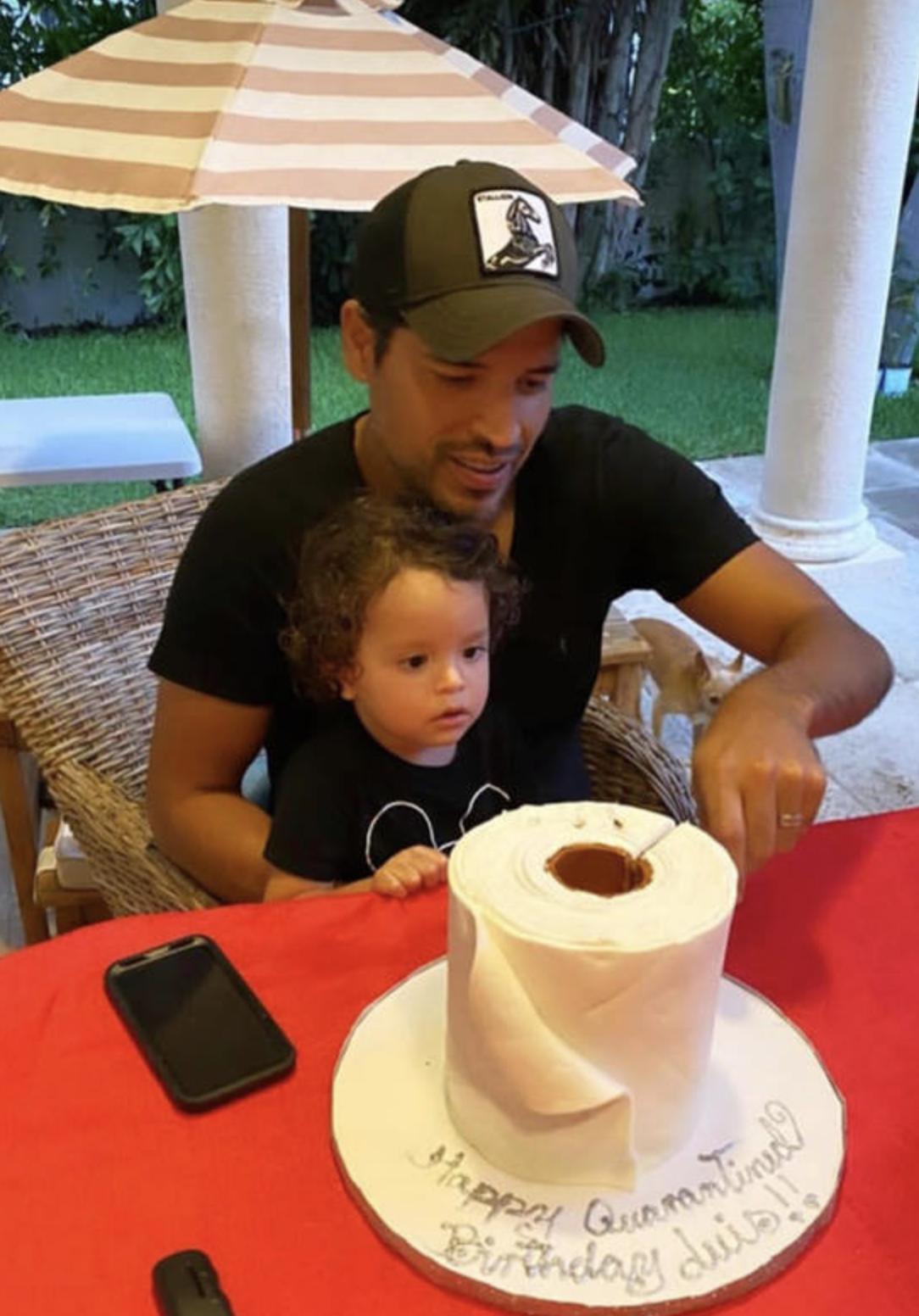 Cuando llegó el momento de cortar el pastel, recibió la ayuda de su hijo Gael.