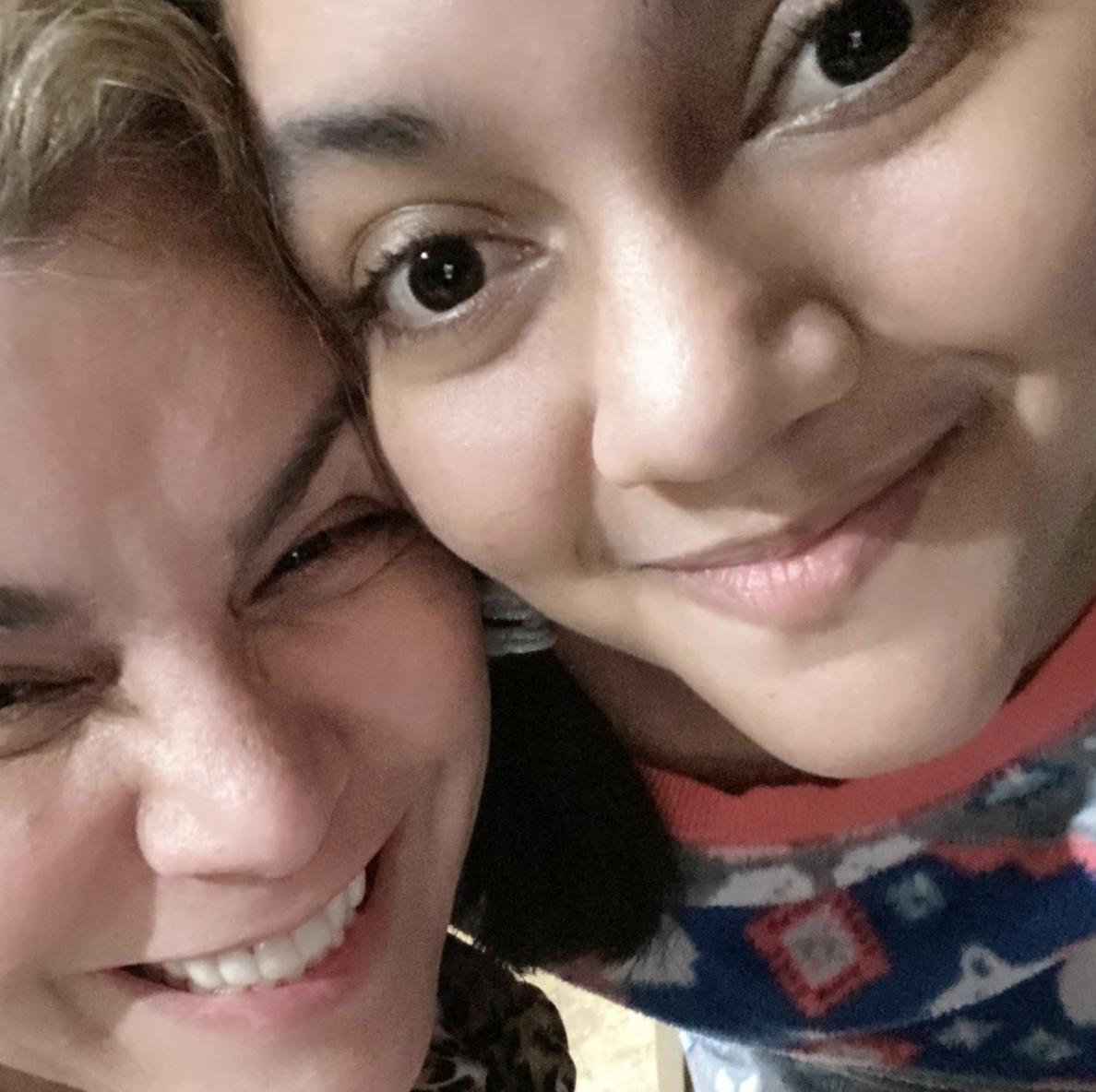 La cantante Olga Tañónmuy feliz con su hija.