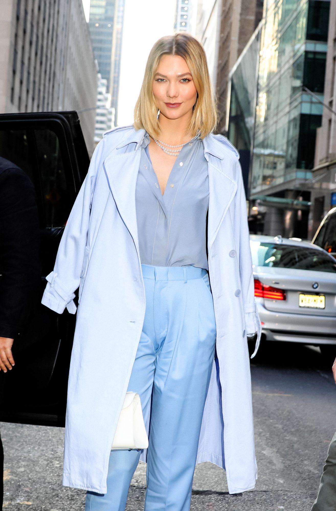 Quizá porque es desde hace años imagen de la marca Carolina Herrera tiene cierta fijación por esta prenda que sabe combinar a la perfección en looks de día y de noche y en todos los colores.