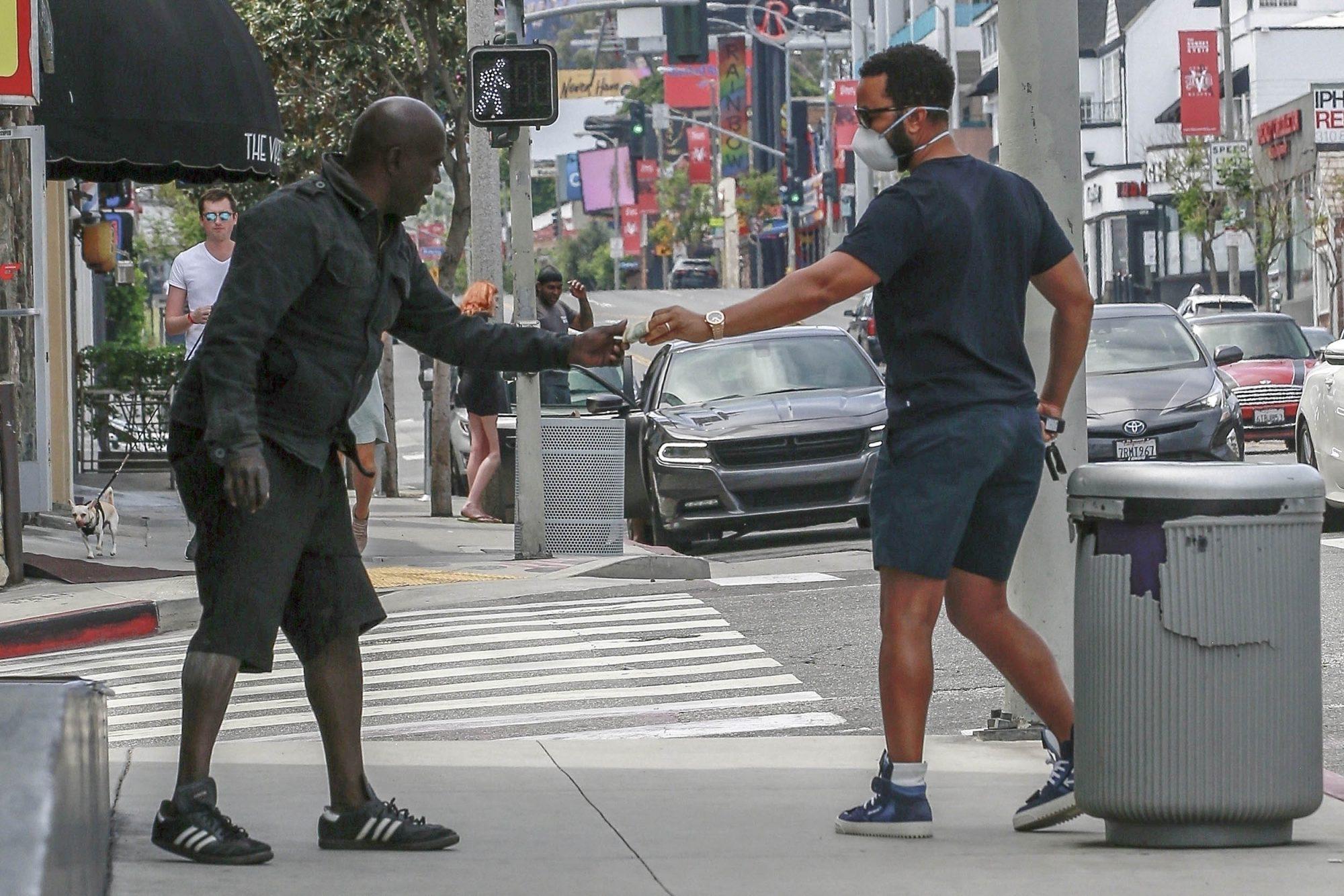 John Legend se acercó a un vagabundo que deambulaba en las calles de West Hollywood y le obsequió algo de dinero.