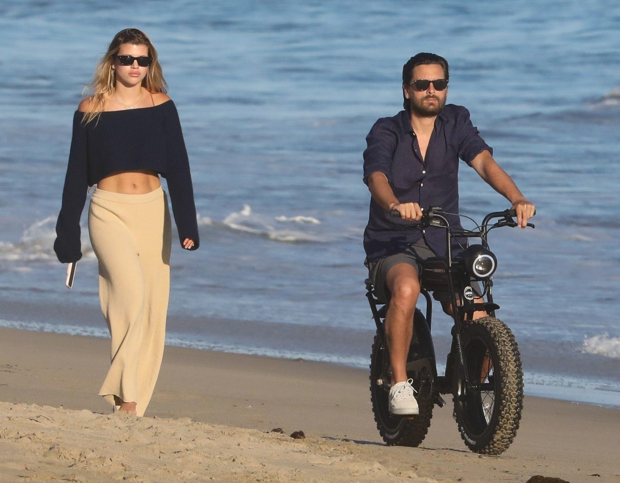 Scott Disick dando un paseo en bicicleta junto a su novia Sofia Richie en la playa en Malibú