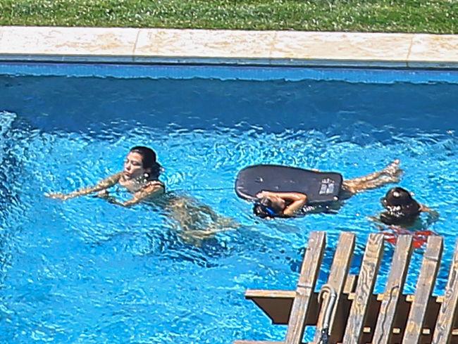 Kourtney Kardashian nadando en la piscina de su hogar en Los Ángeles junto a sus hijos
