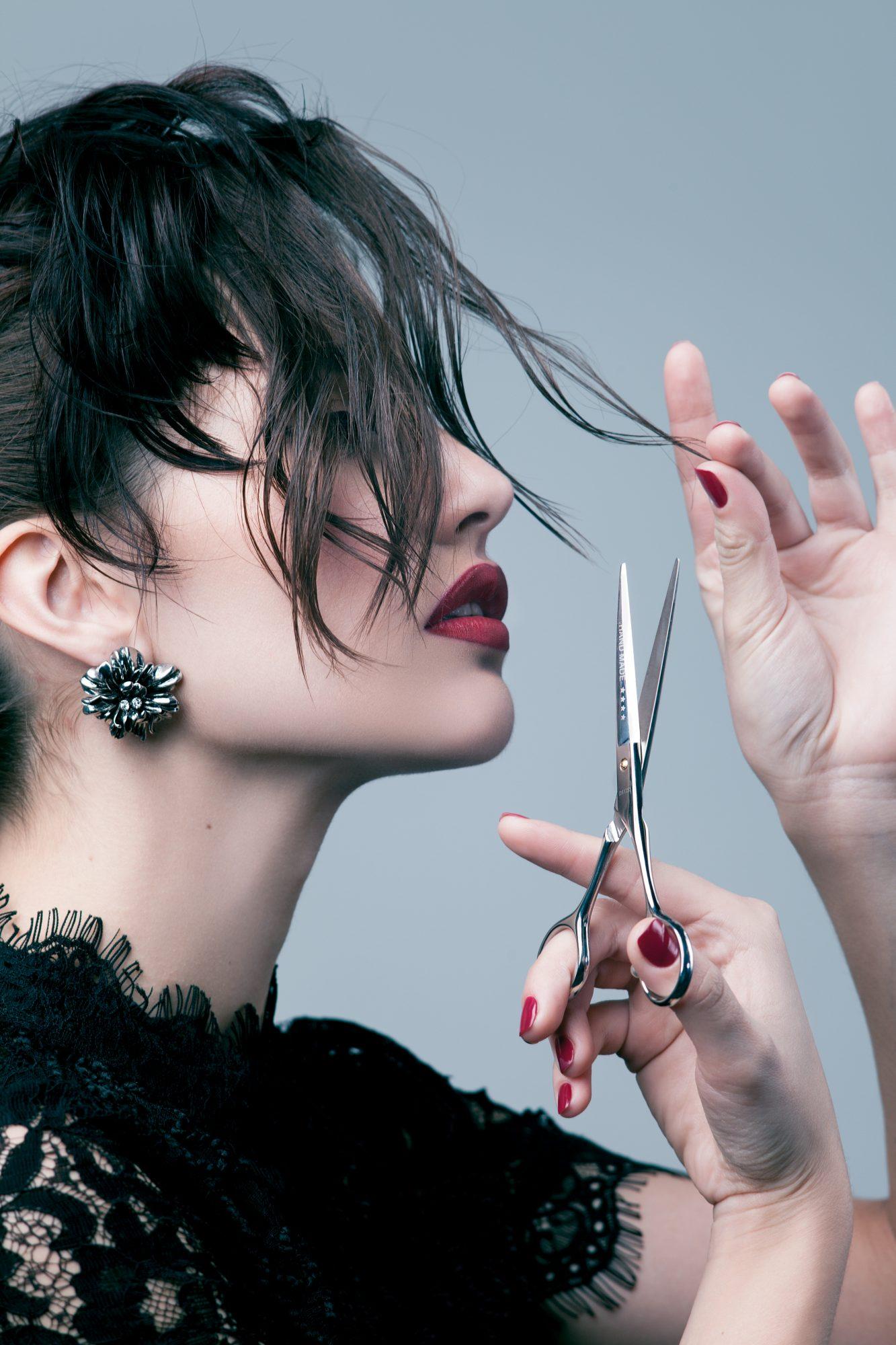 Mujer cortandose el flequillo