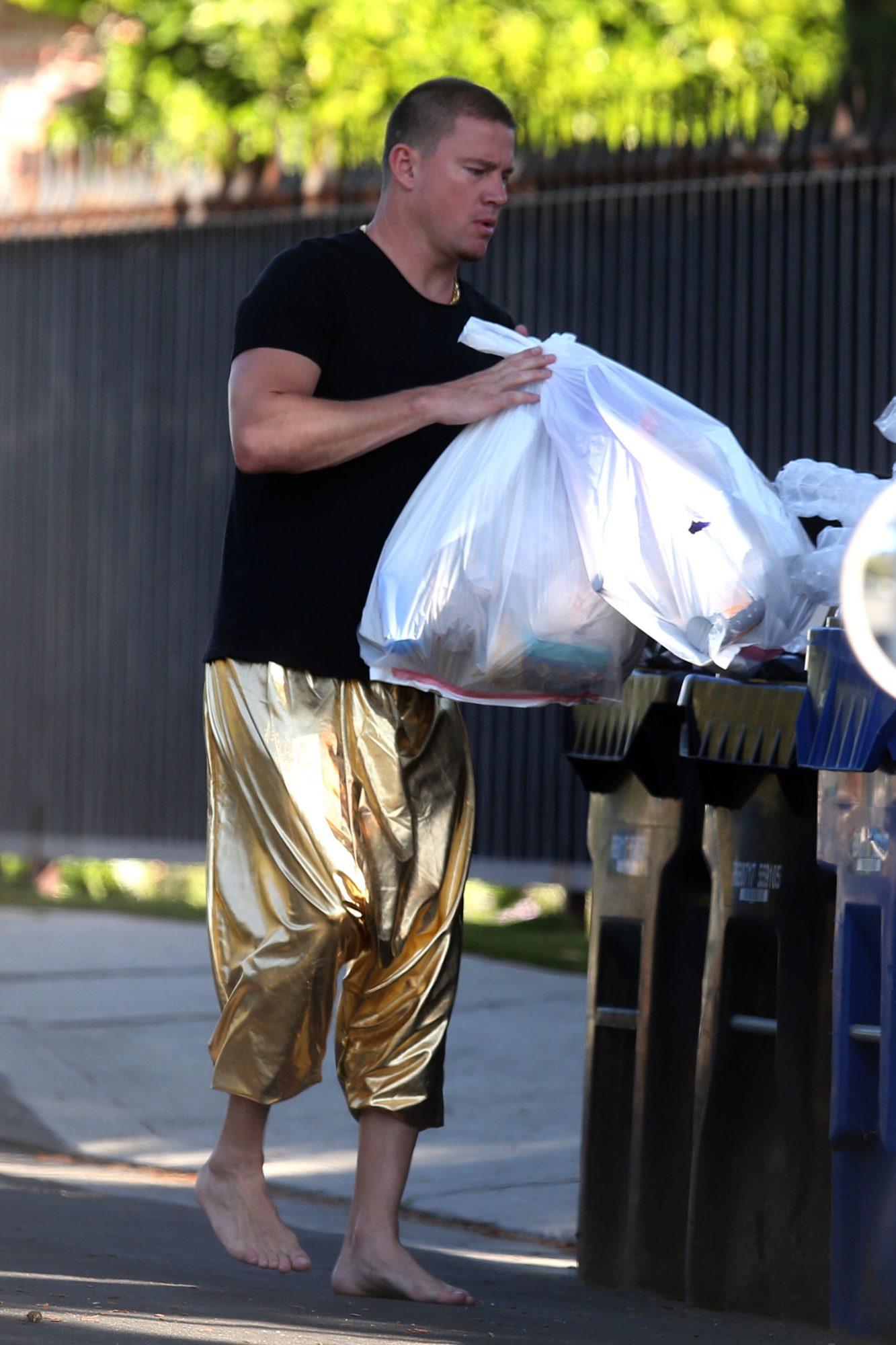channing tatum sin zapatos sacando basura pantalones dorados cuarentena