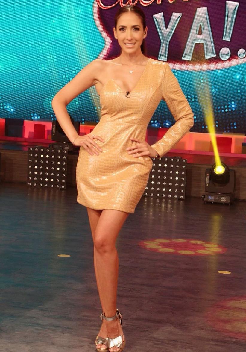 La presentadora eligió este moderno modelo de cuero de una sola manga, para una de las transmisiones de Cuéntamelo ya (Televisa).