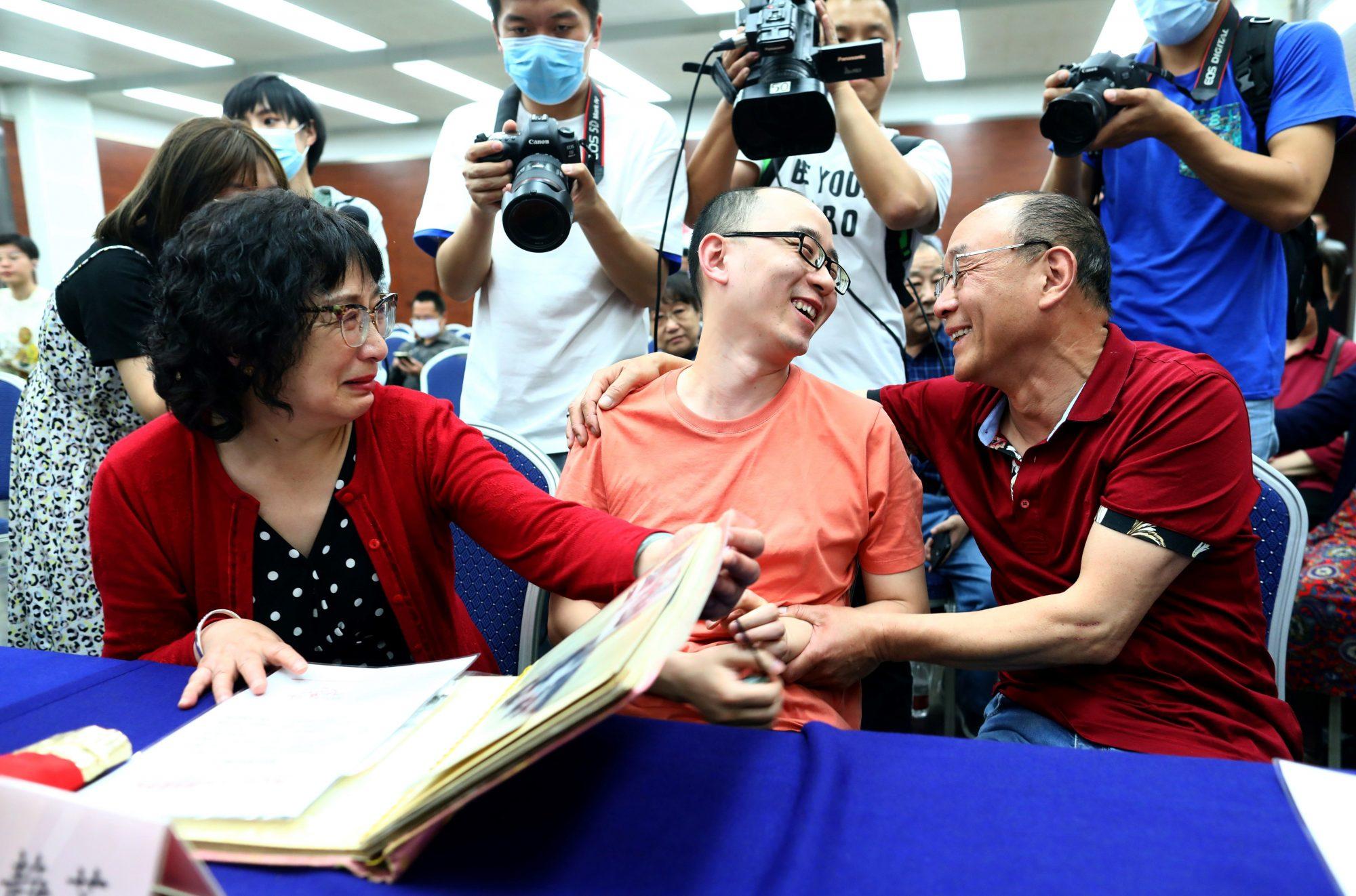 Mao Yin con su madre Li Jingzhi y padre Mao Zhenping