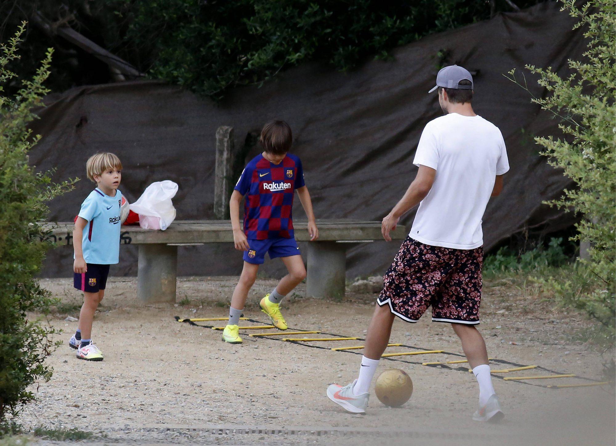gerard pique con hijos jugando futbol barcelona